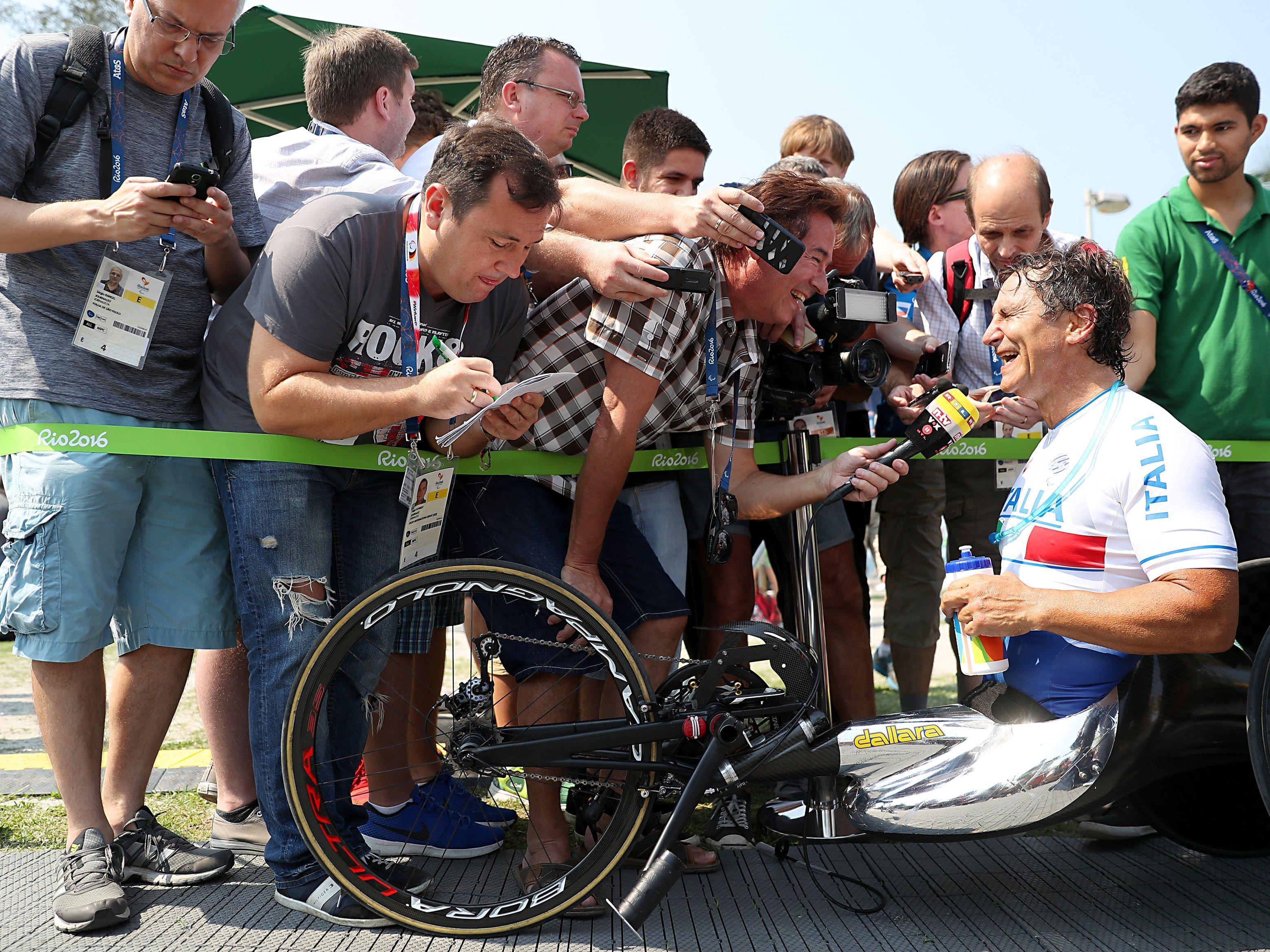 Alex Zanardi nach dem Gewinn seiner dritten Goldmedaille bei Paralympics.