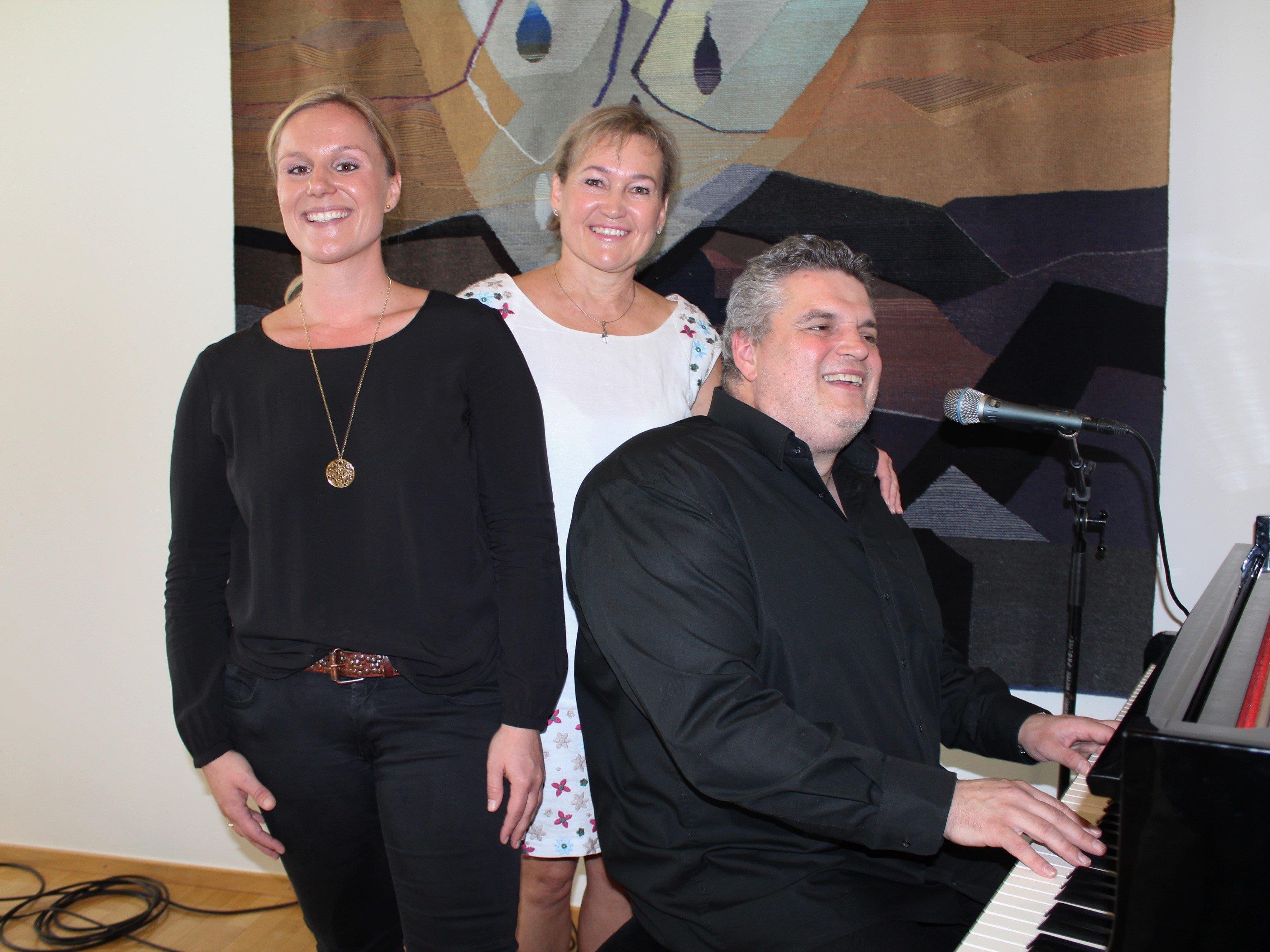 Birgit Giselbrecht-Plankel inmitten von Michelle und George Nussbaumer.