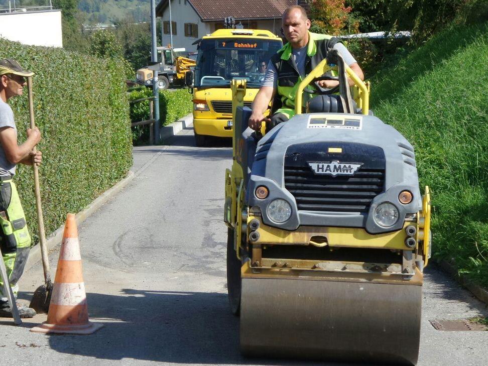 Heute wurden entlang der Fellengattner Straße und des Parmuntweges acht Kanaldeckel erneuert.