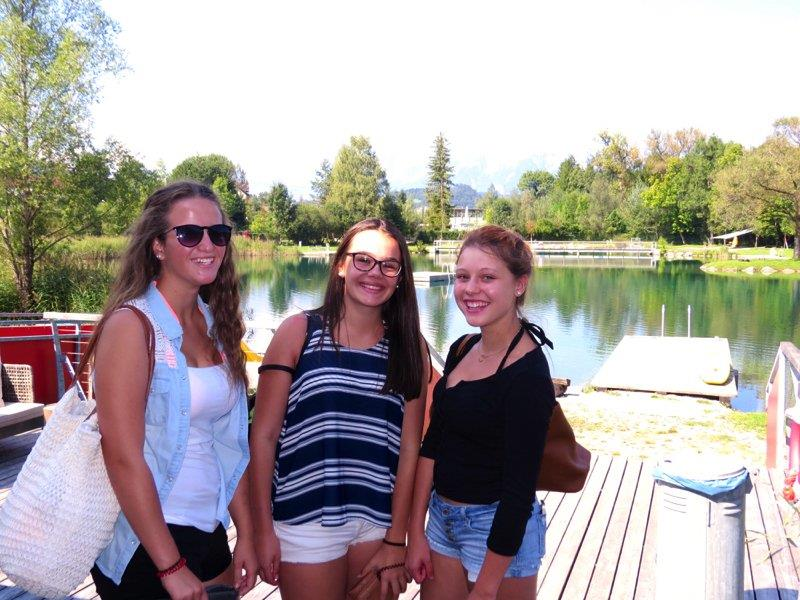 Hanna, Selina und Gloria genossen die tolle Wasserqualität im Naturbad Untere Au in Frastanz.