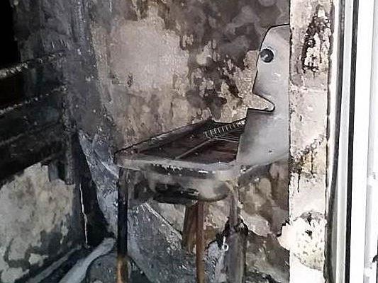 Durch den Brand der MAtratze wurde der Balkon samt Grill zerstört.