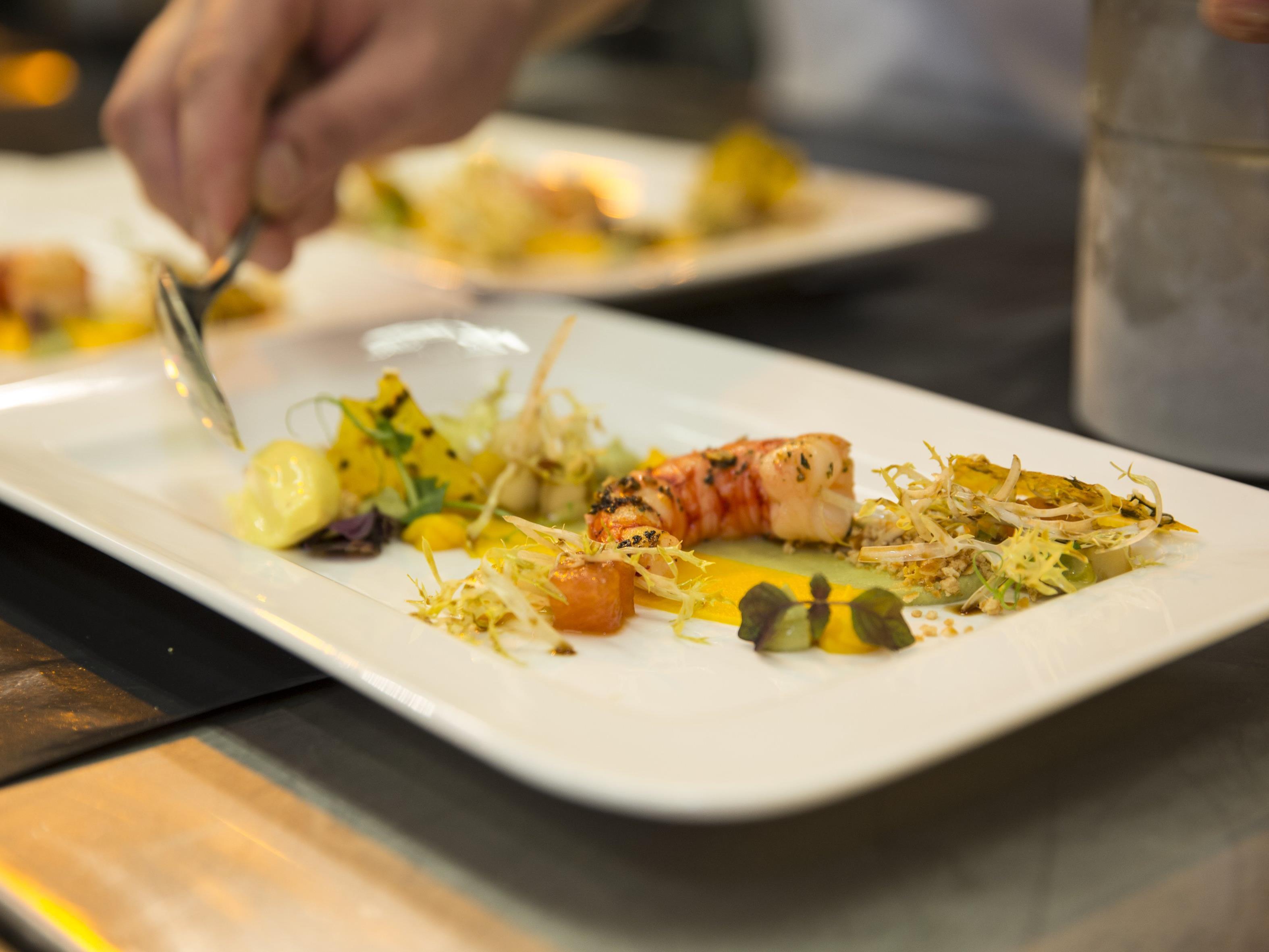 Die Chef's Tables bieten den Raum für Genuss und Austausch mit internationalen Spitzenköchen