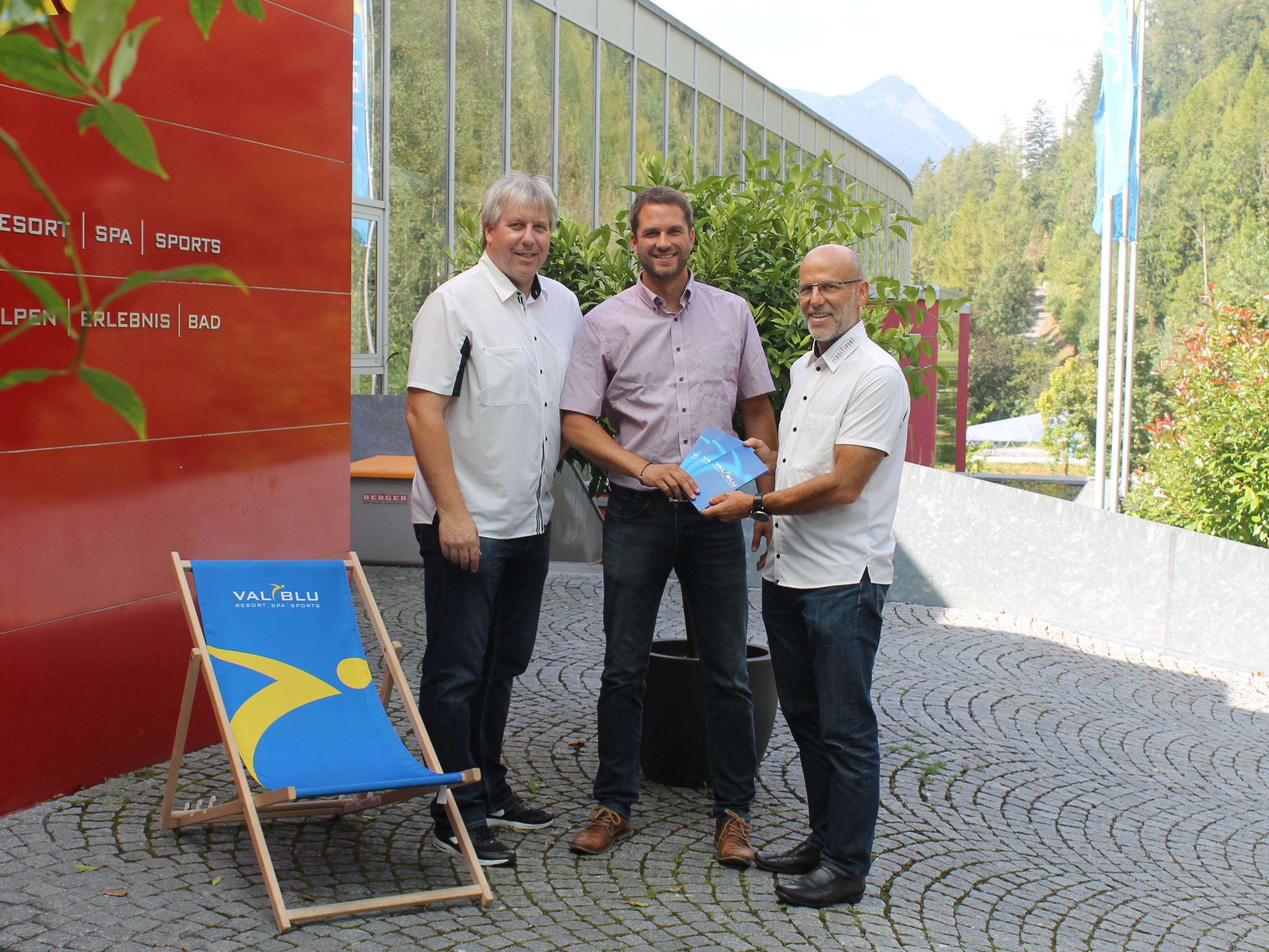 Tolle Unterstützung der Schulsportler durch das Val Blu – im Bild Geschäftsführer Jakob Glawitsch mit Schulsportreferent Christoph Neyer sowie Fachinspektor Conny Berchtold …