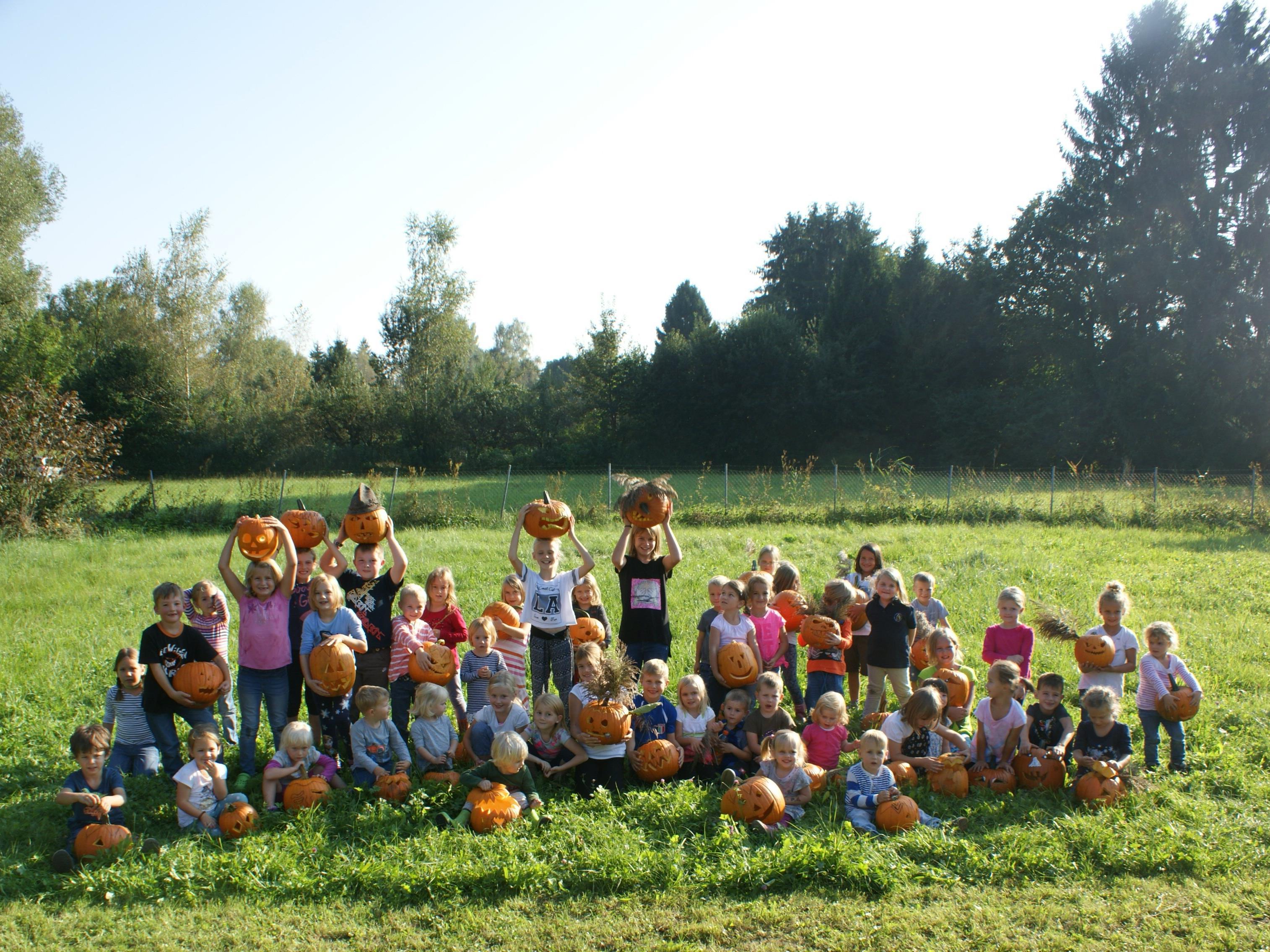 Die schnitzfreudigen Kids zeigten stolz ihre Kürbisse.
