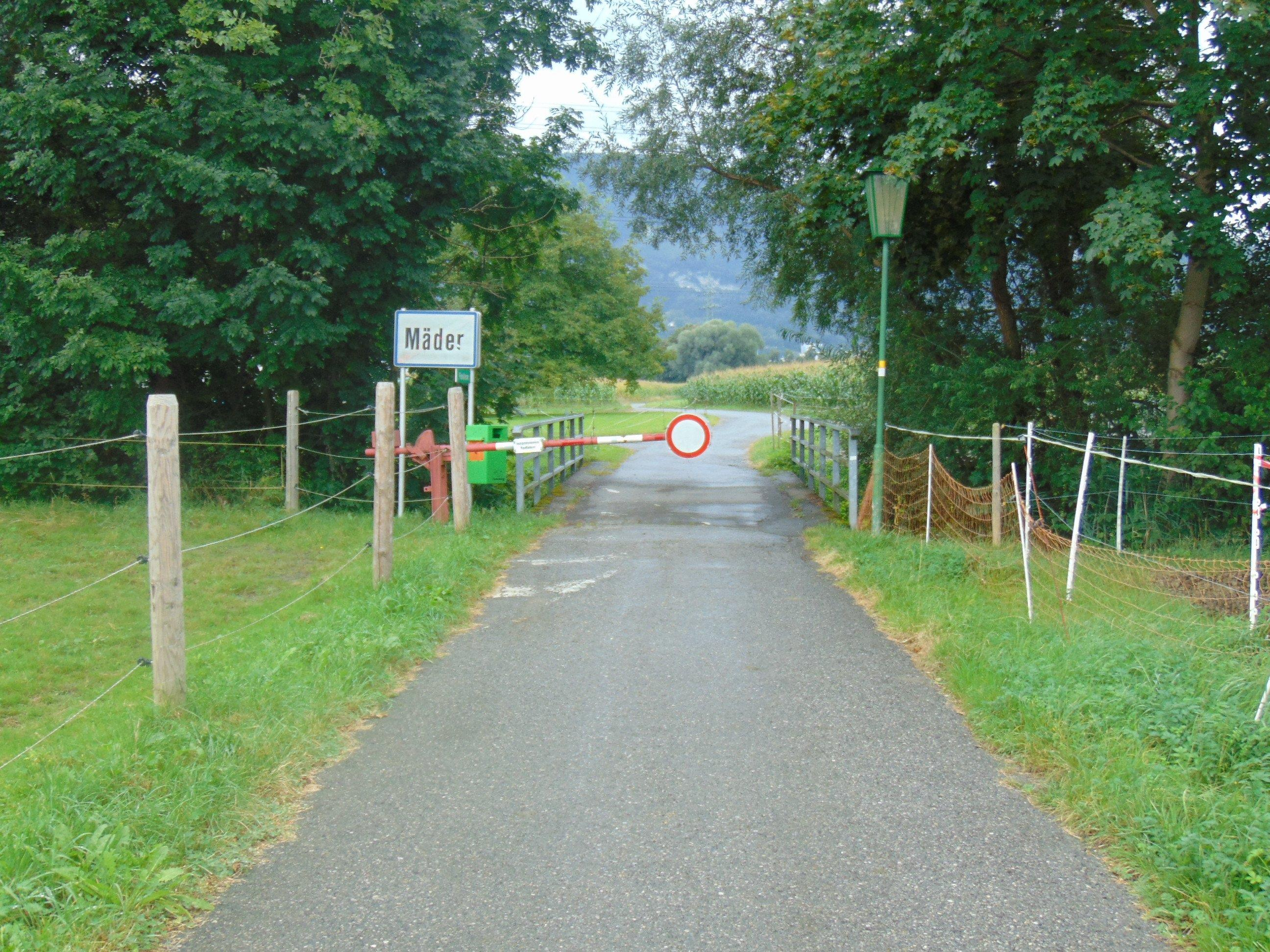 Die Durchfahrt ist bei der Schranke nach wie vor mit einem deutlich sichtbaren Fahrverbots-Schild gekennzeichnet.
