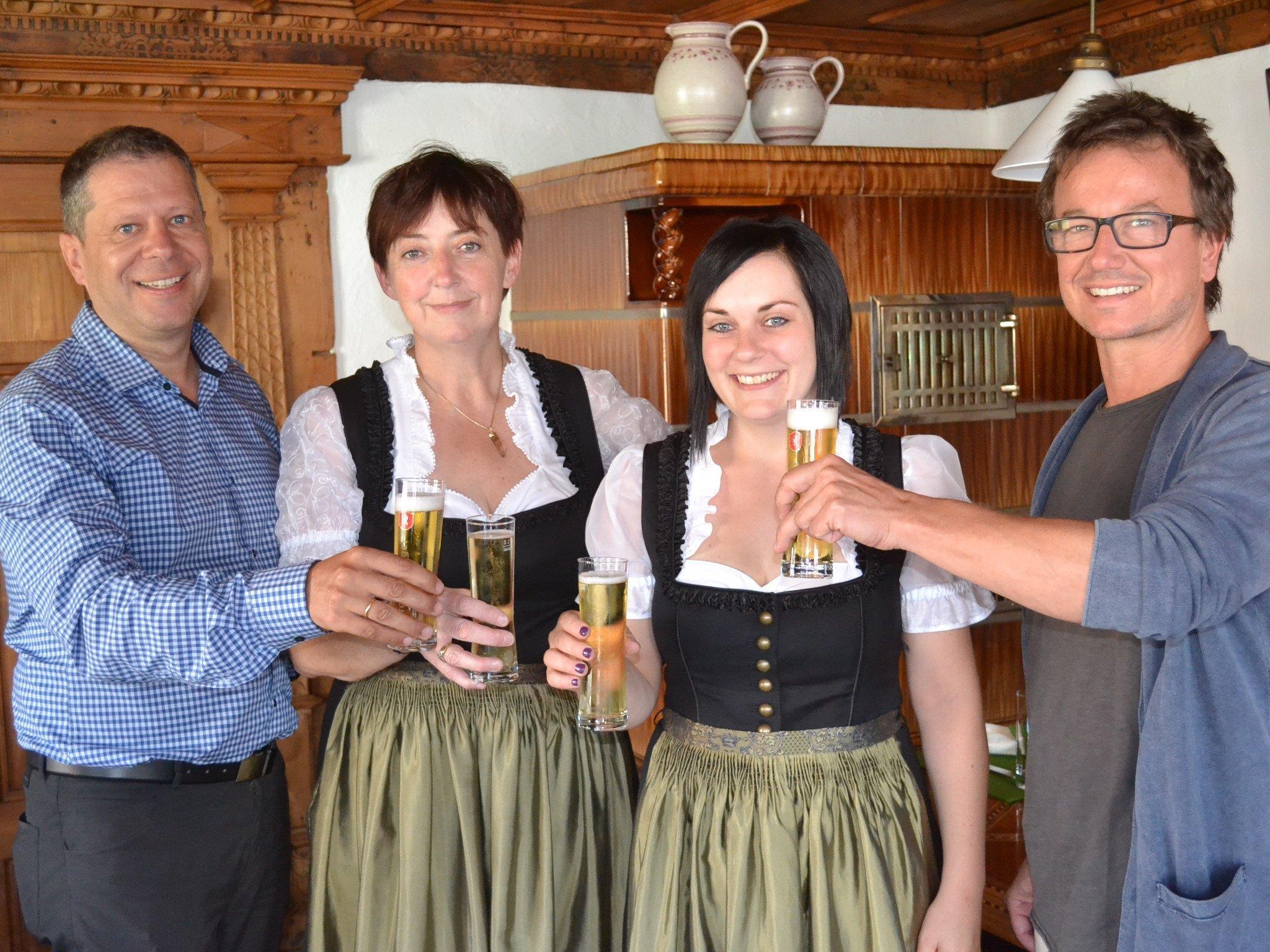 Stoßen auf den erfolgreichen Start an: Markus Borg, Wirtin Priska Hartmann mit Tochter Nathalie sowie Harald Wieshofer-Tomaselli.