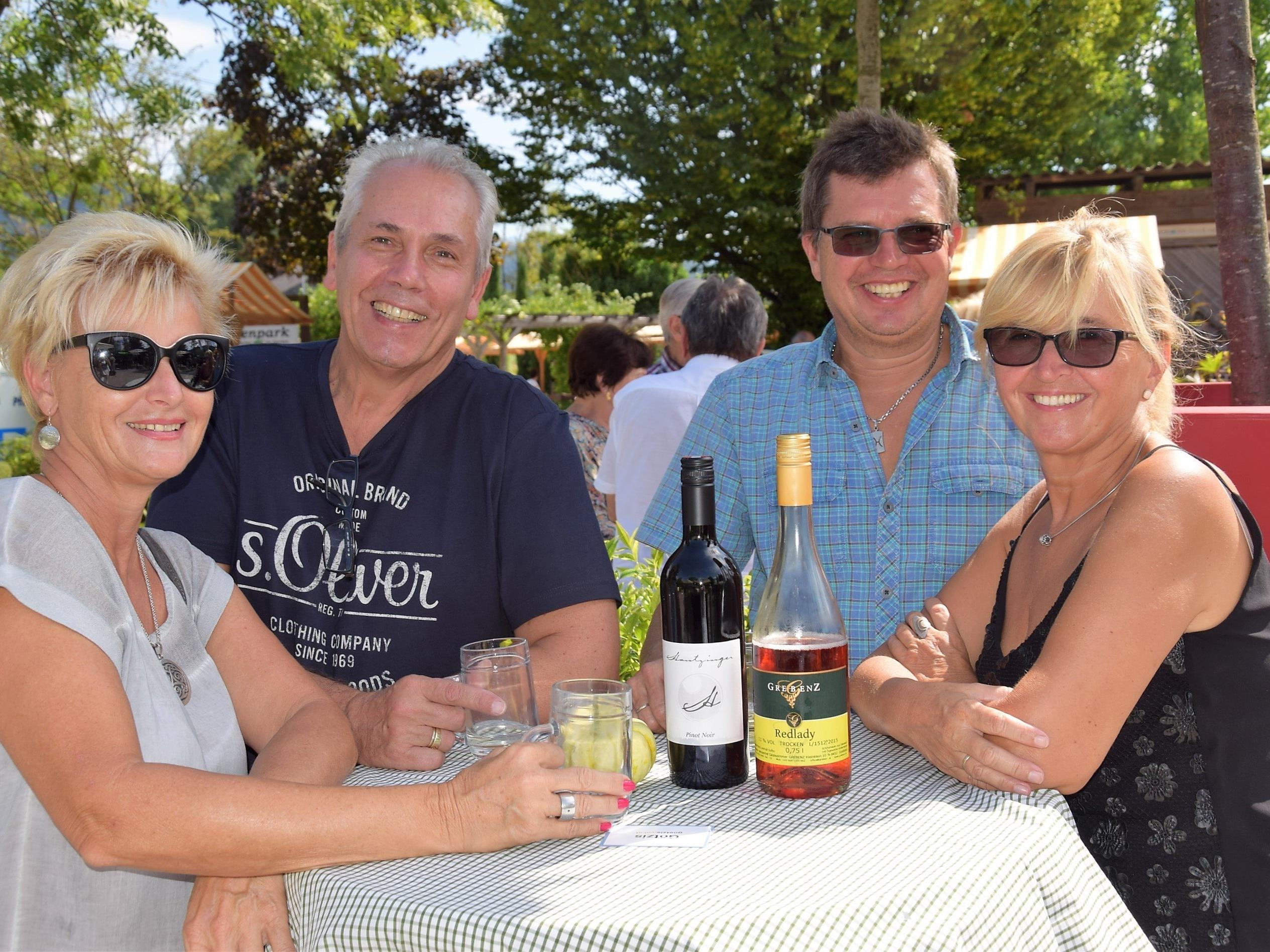 v.l.n.r. Elke, Reinhard, Gerhard und Waltraud genossen einen edlen Wein im Ideenpark amKumma