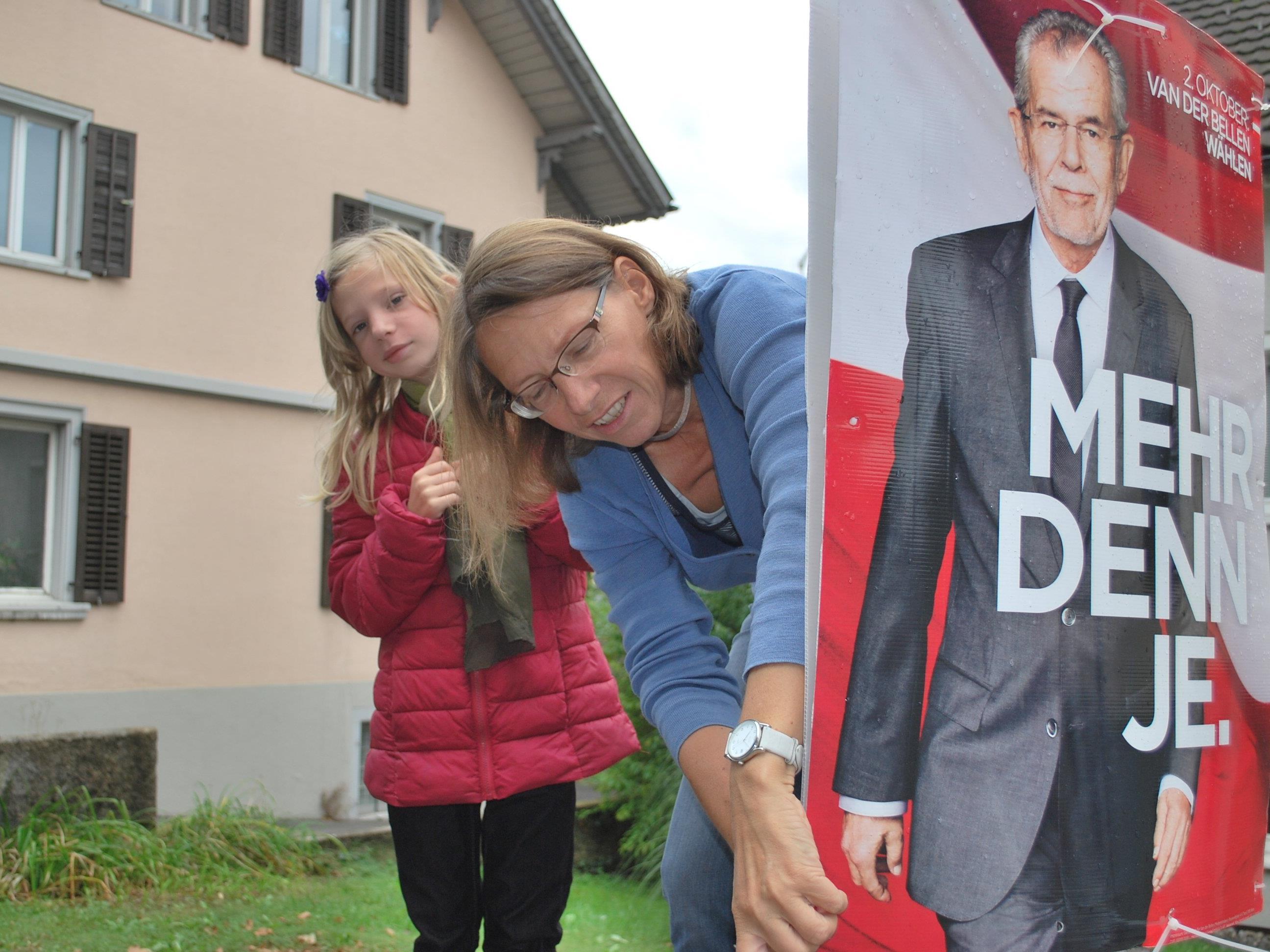 Stadträtin Juliane Alton in Begleitung ihrer Tochter Karolin bei der Abnahme von Van der Bellen Wahlplakten