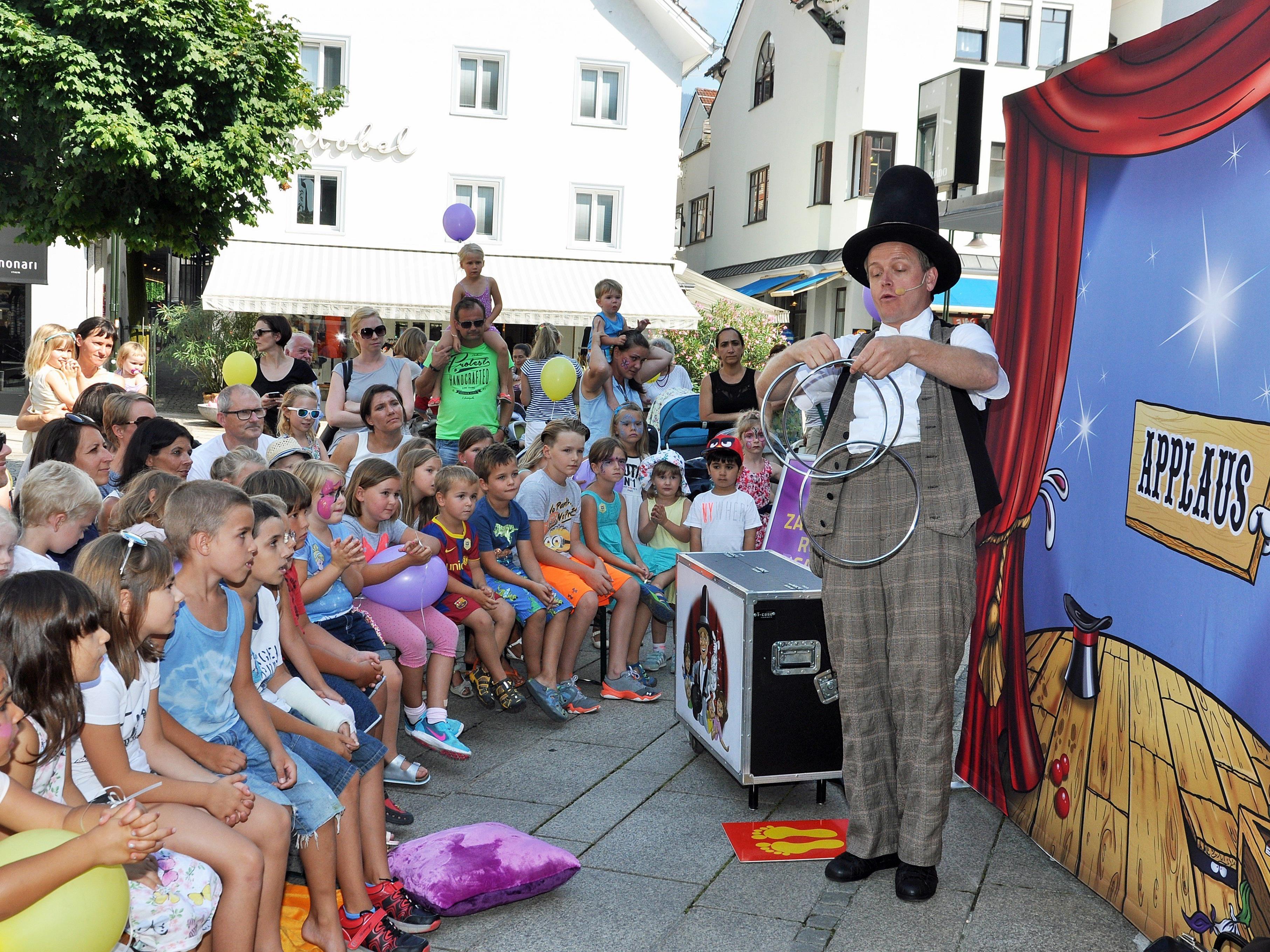 Die Straßenkünstler unterhielten Groß und Klein mit ihrem zauberhaften Programm.