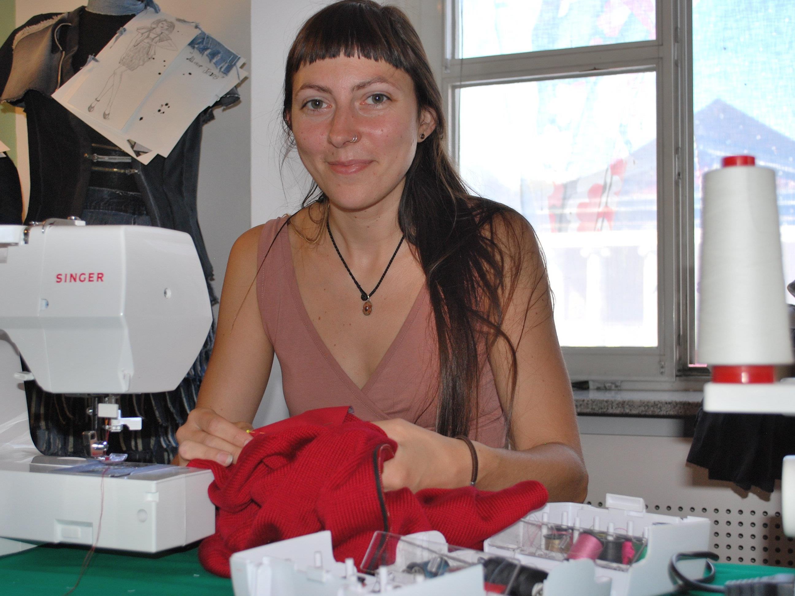 Sarah Kucica zeigt, wie das Reparieren und Flicken von Kleidungsstücken geht.