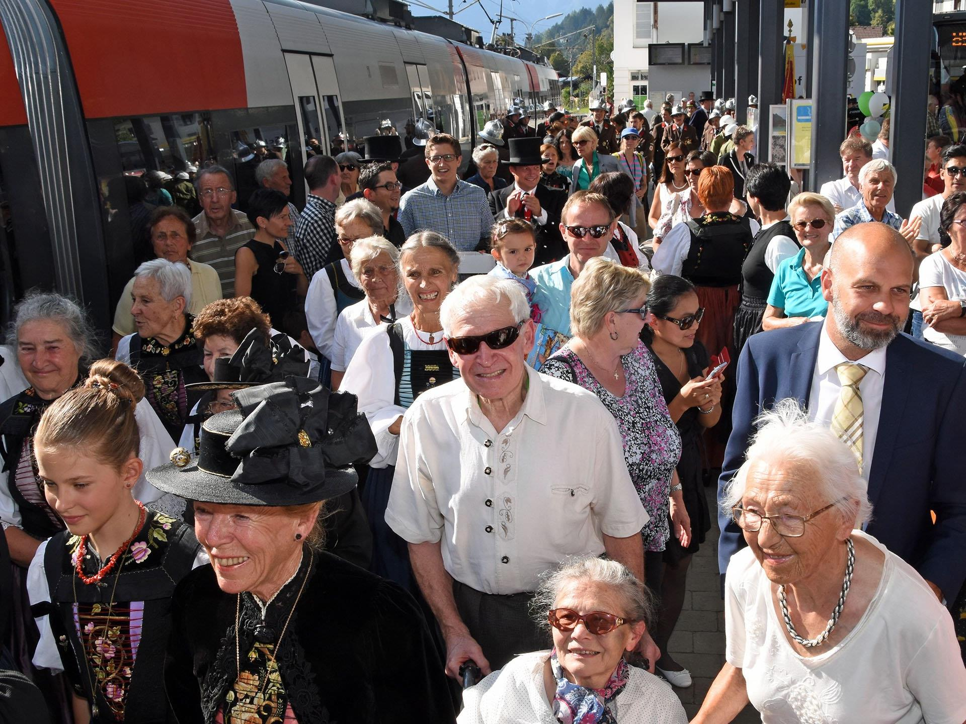 Aus Schruns und anderen Gemeinden des Montafons kamen die Gläubigen, um die Geistlichkeit im Hauptort des Tales zu begrüßen.