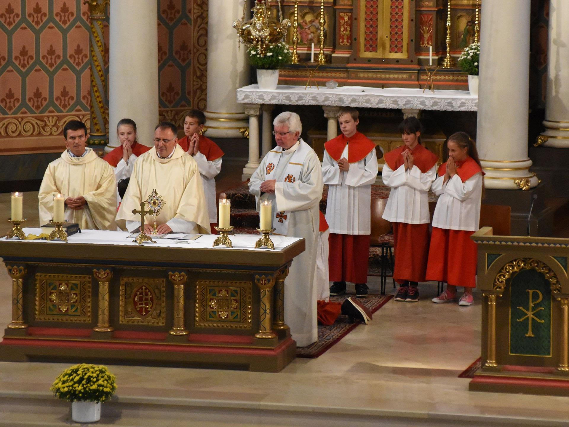 Sonntagsgottesdienst in der Pfarrkirche Schruns mit Pfarrvikar Gabriel Budulai, Pfarrmoderator Hans Tinkhauser und Dekan Pater Adrian