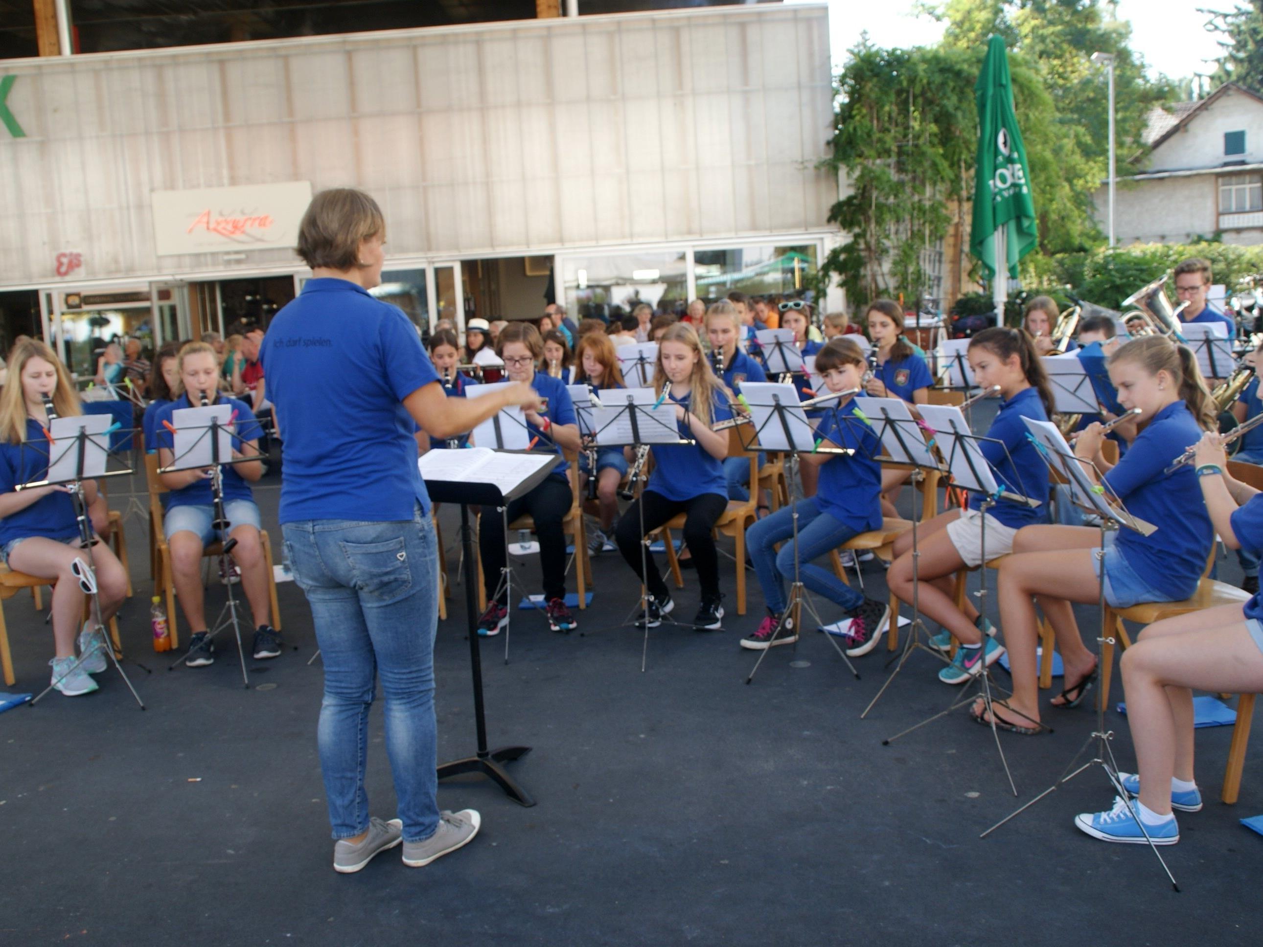 Die Jugendmusik des Musikvereins spielte am Kirchplatz zum Wochenmarkt