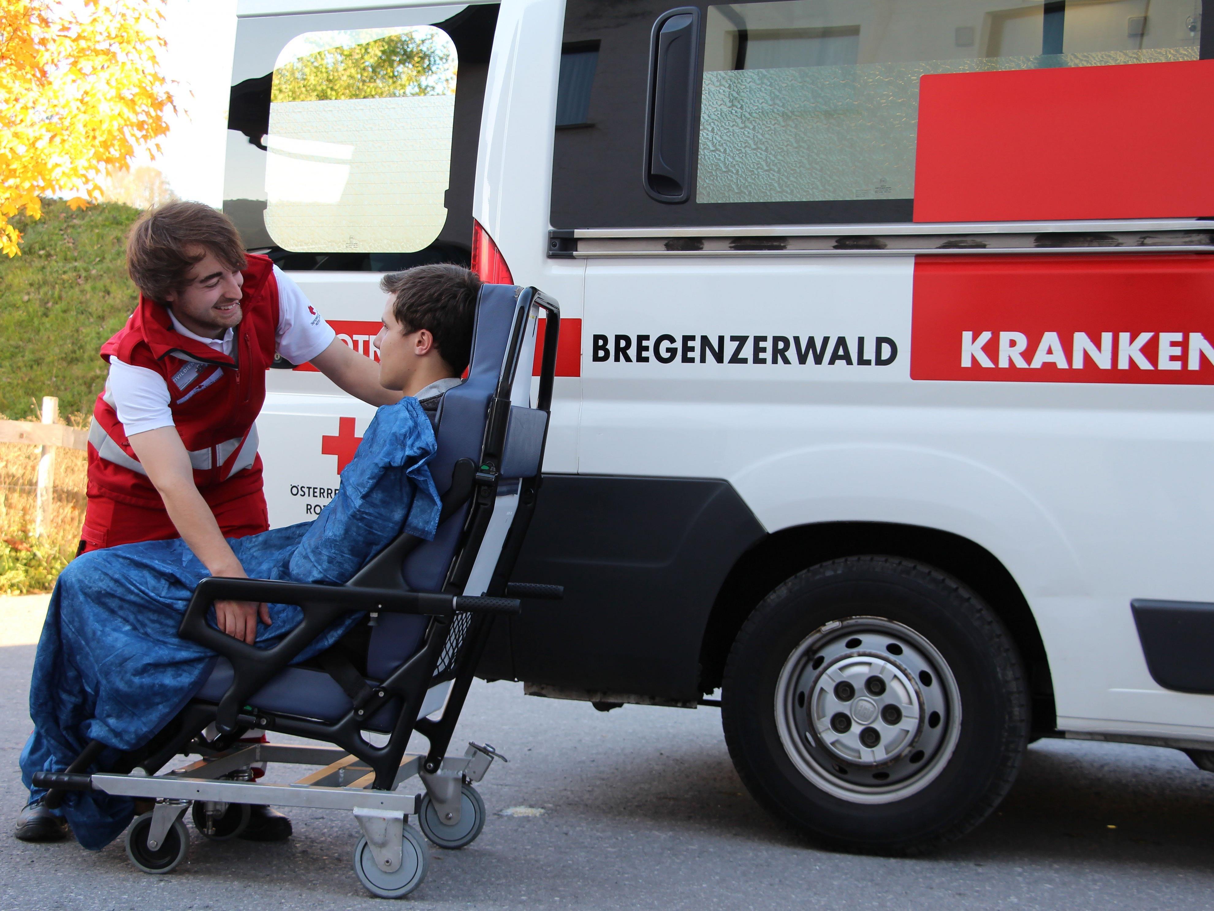 Dominic Schwärzler hat seinen Zivildienst bei der Rotkreuz-Abteilung Egg bereits abgeleistet und ist seitdem ehrenamtlicher Rettungssanitäter beim Roten Kreuz. Das Foto zeigt ihn während seiner Zeit als Zivildiener.