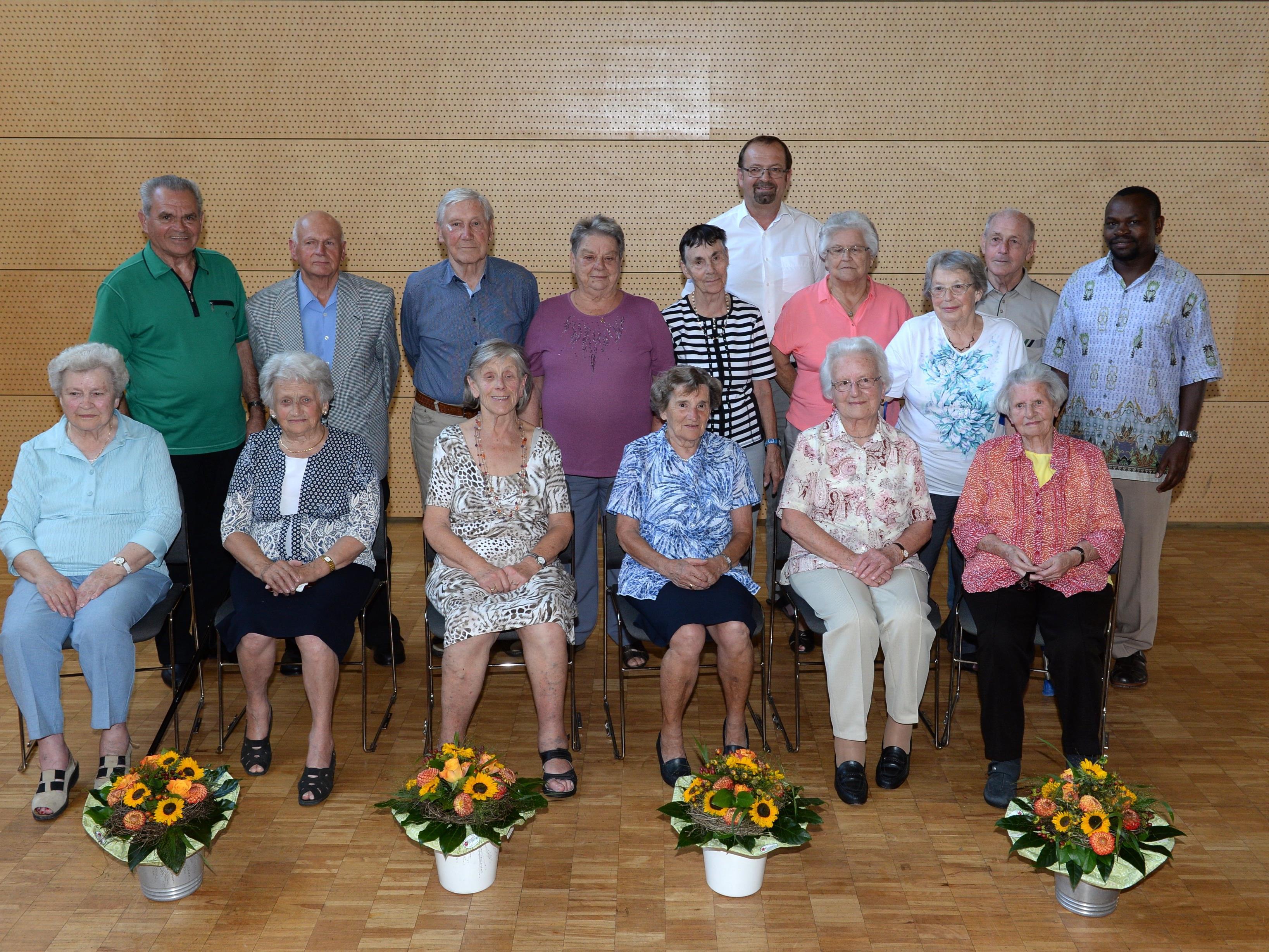 Die JubilarInnen, 10 Frauen und 4 Männer, mit Bürgermeister Siegele und Pastoralassistent Richard.