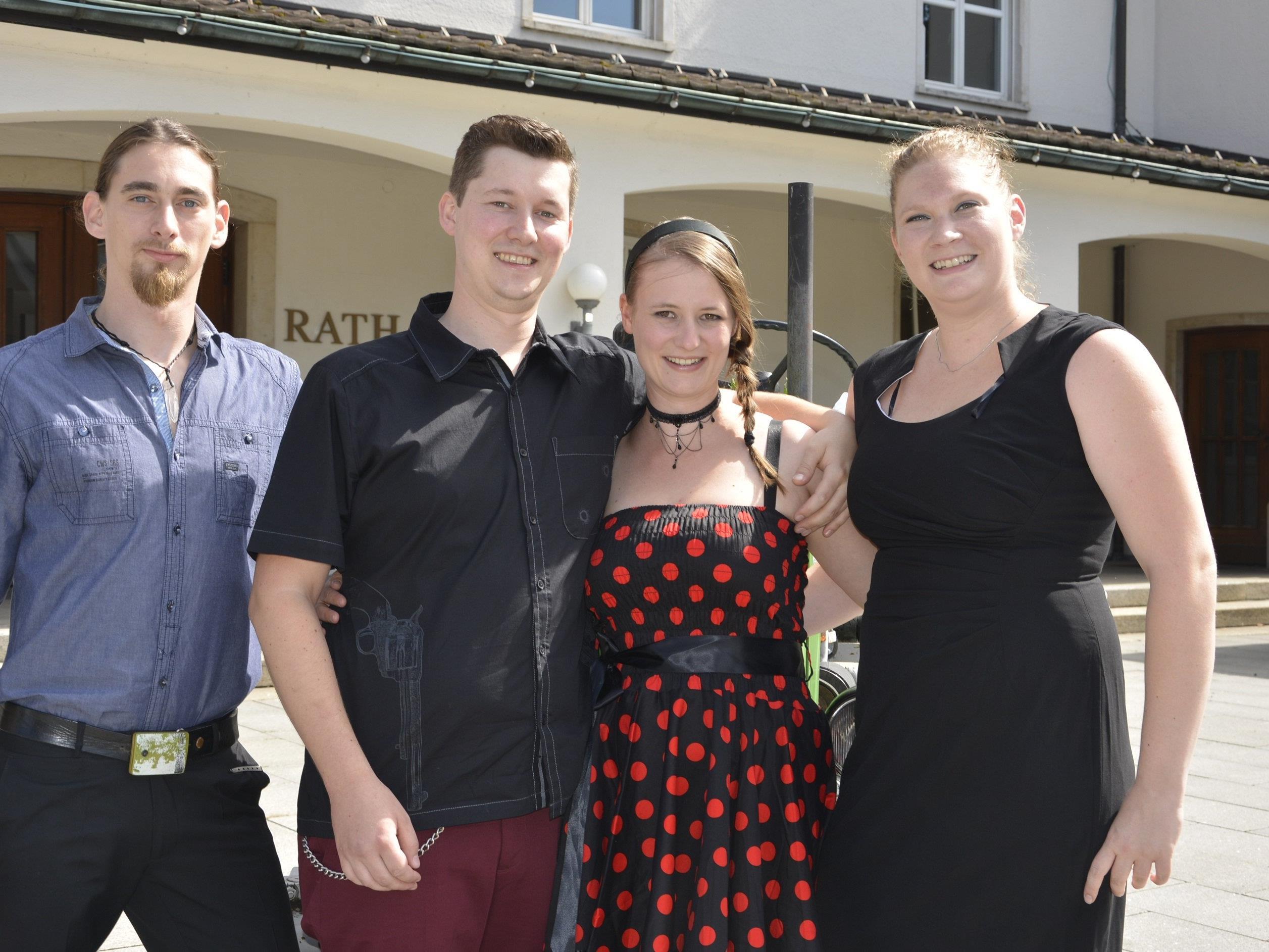 Das Brautpaar mit den Trauzeugen bei der standesamtlichen Trauung in Dornbirn.