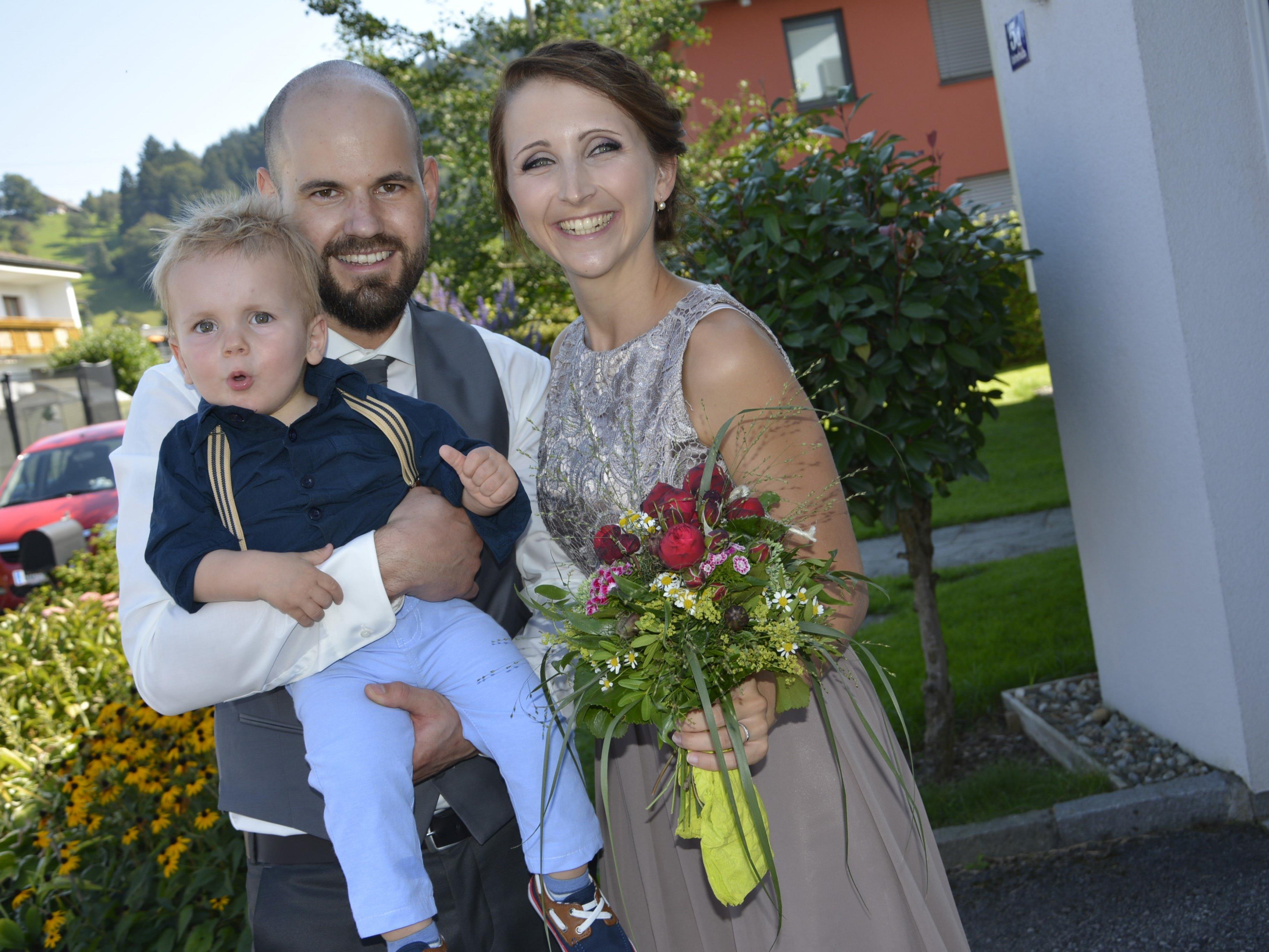 Das Brautpaar mit Sohnemann Paul nach der standesamtlichen Trauung.