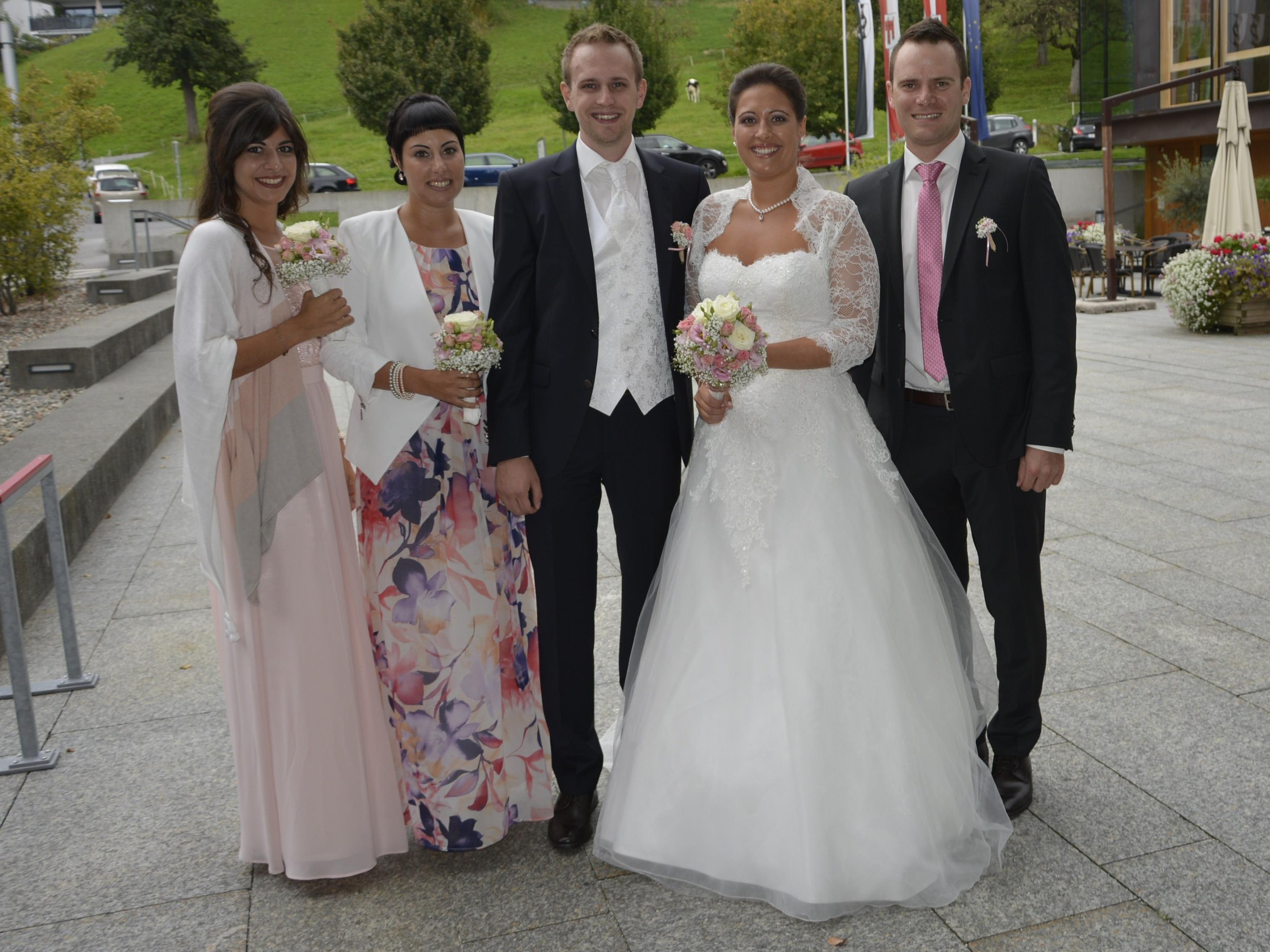 Das Brautpaar mit den Trauzeugen bei der standesamtlichen Trauung in Schwarzach.