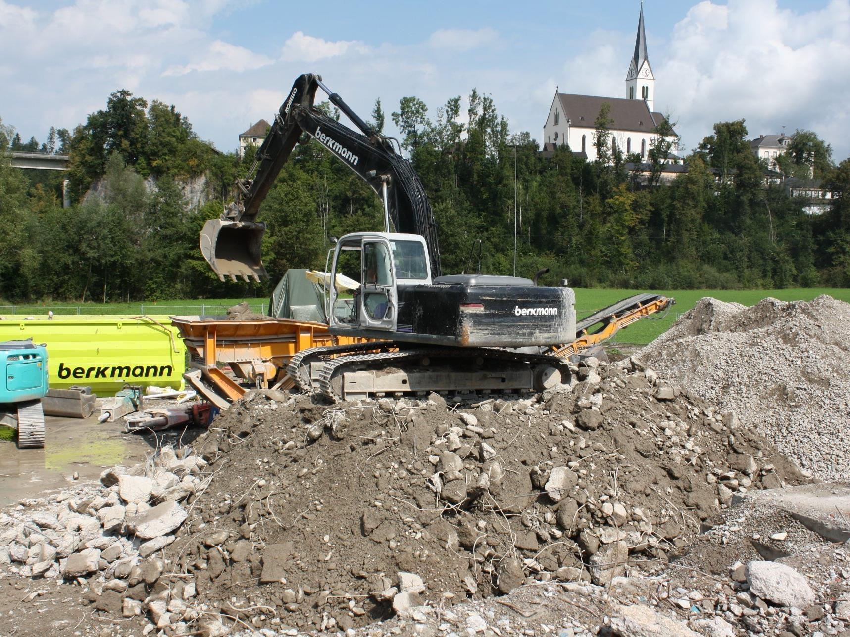 In Sichtweite zur Egger Kirche entsteht die neue Mittelschule.
