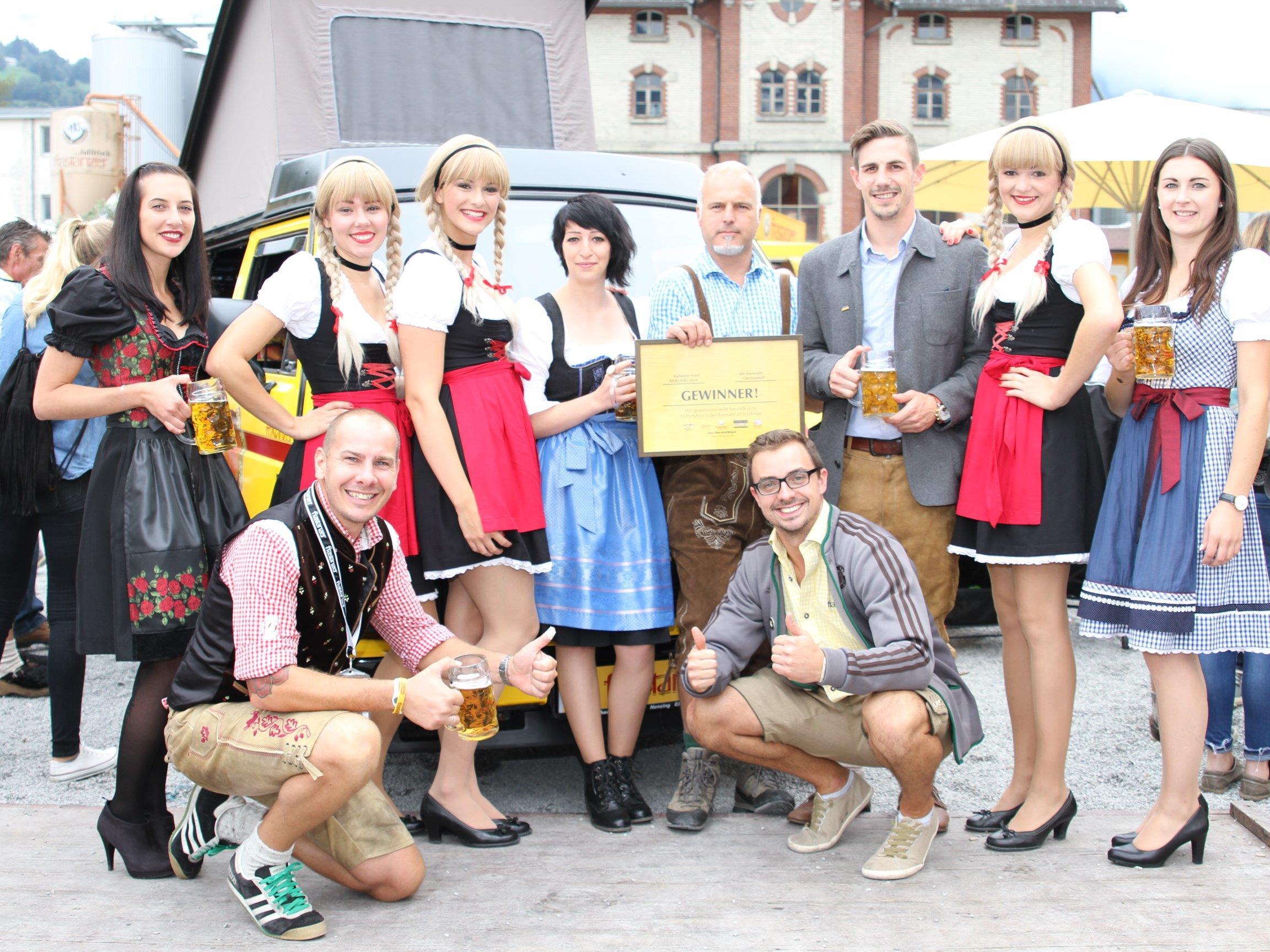 Oliver Müller und Mario Rothmund (Frastanzer Marketing) vorne, mit dem Gewinner Janez Glavac, den 3 Schwestern sowie den Vertreter/innen der Medienpartner WANN&WO, VOL.AT und Antenne Vorarlberg.