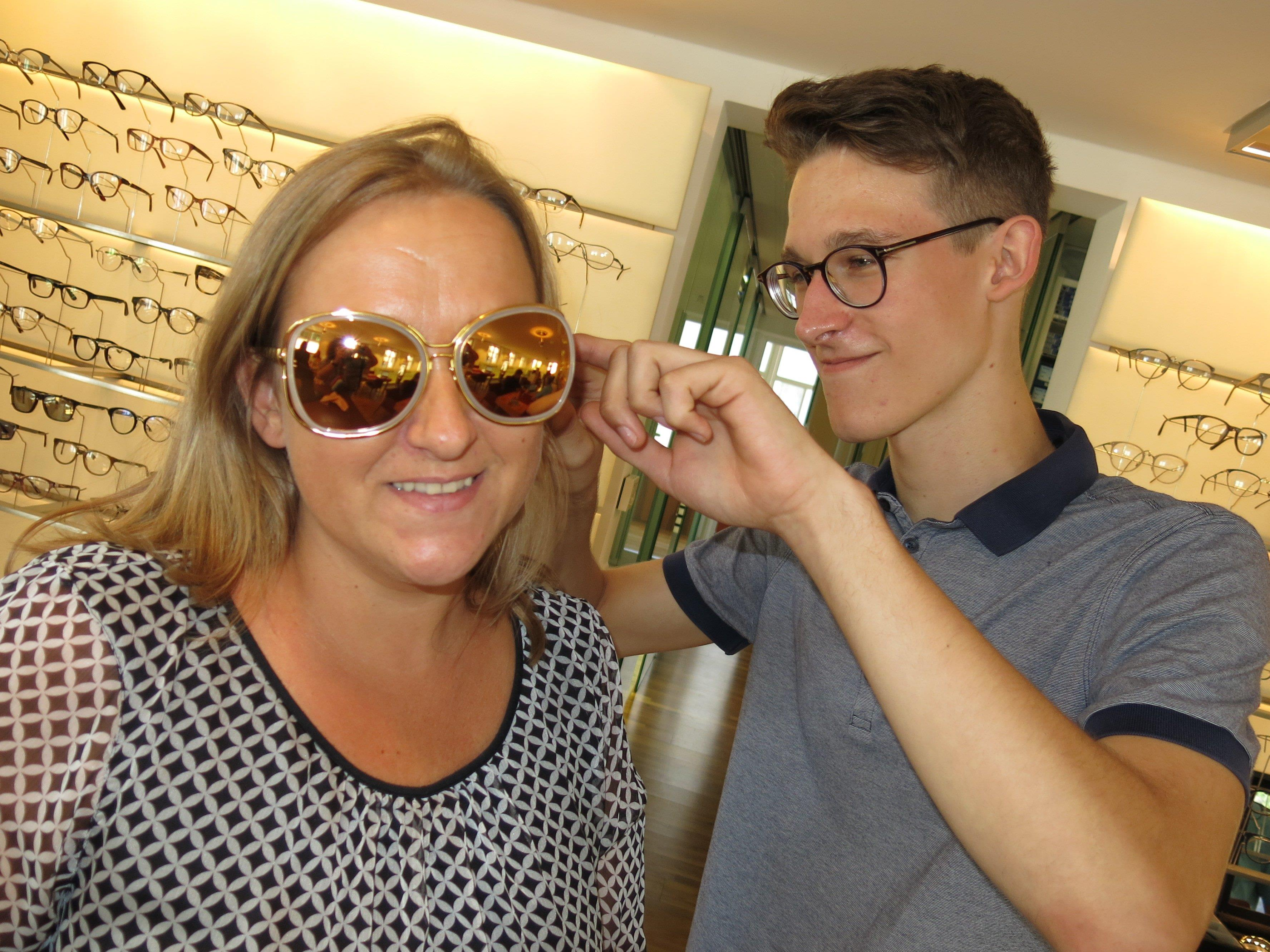 Felix Flatz prüft den Sitz der Brille