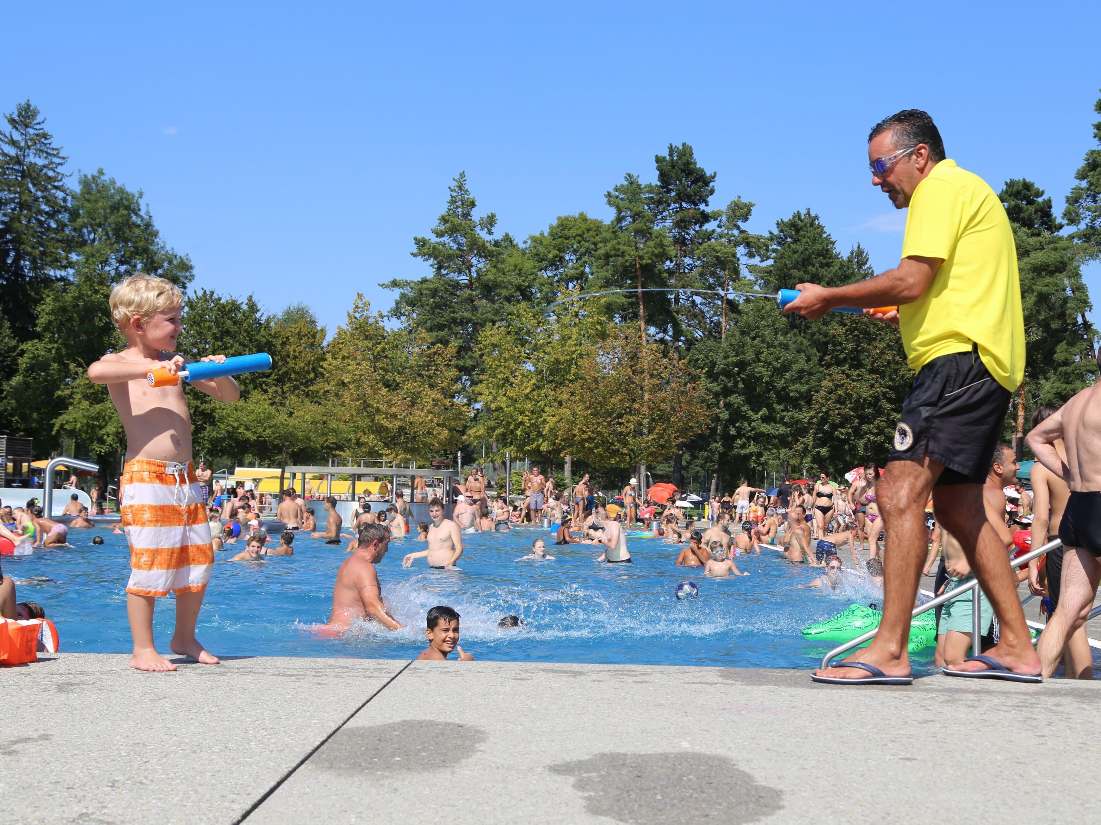Sicherheit ist wichtig – trotzdem ist der lockere Bademeister für jeden Spaß zu haben.