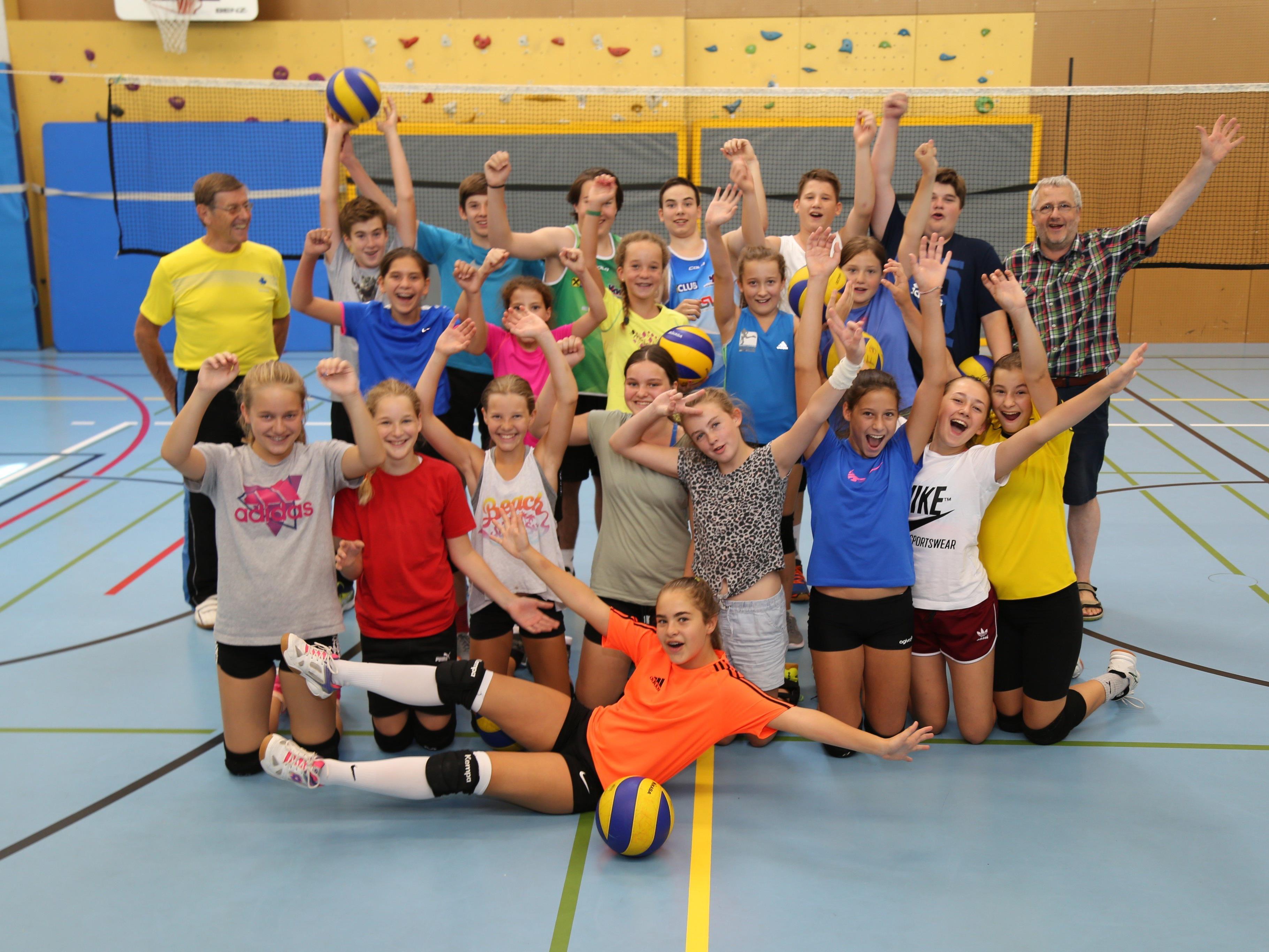 55 Kinder, aufgeteilt in drei Gruppen, sprangen und smashten den Volleyball über die Netze der Turnhallen.
