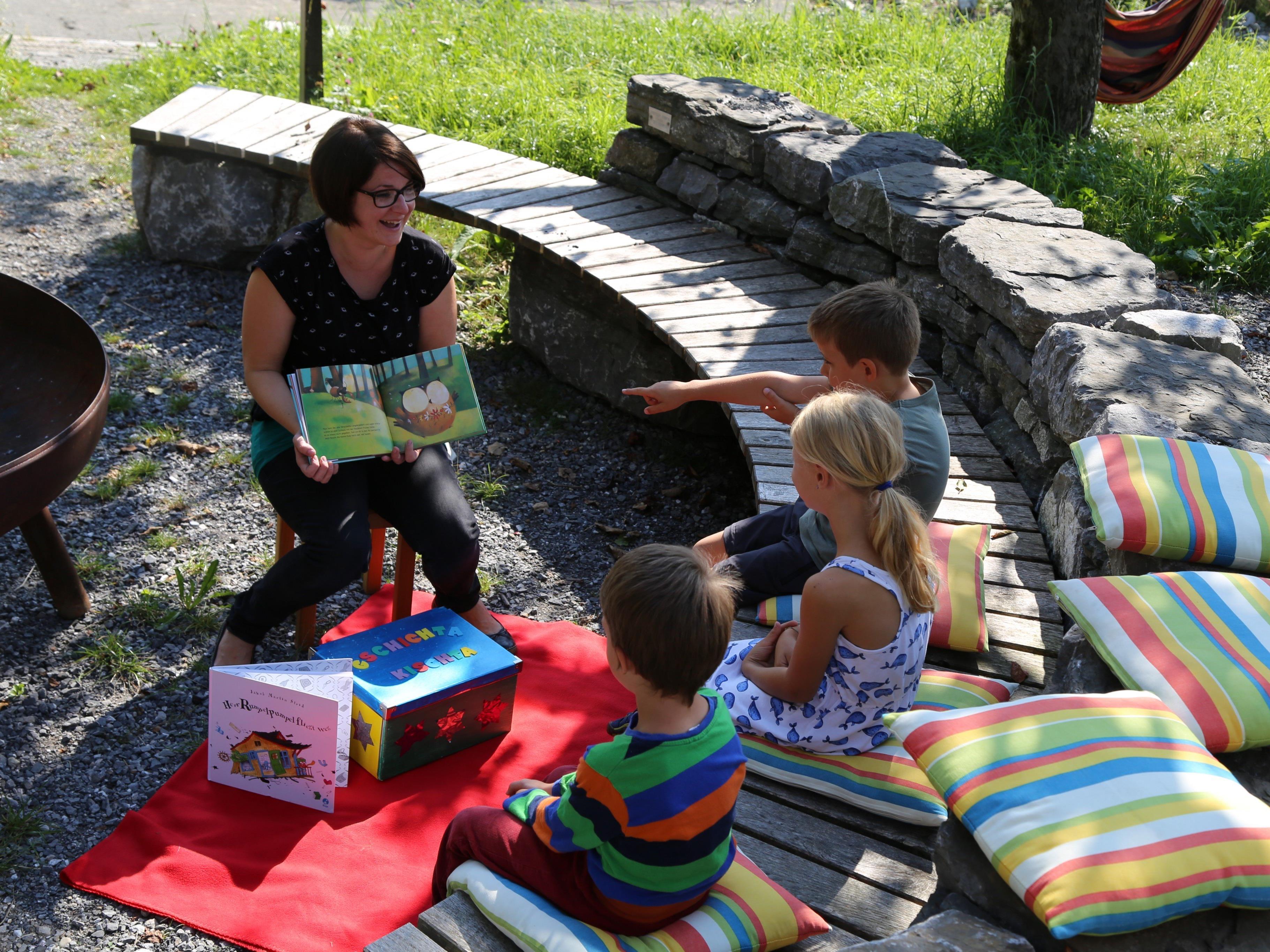 Sichtlich Spaß macht Nadine Fink-Peer das Geschichtenerzählen im Bugo-Garten.