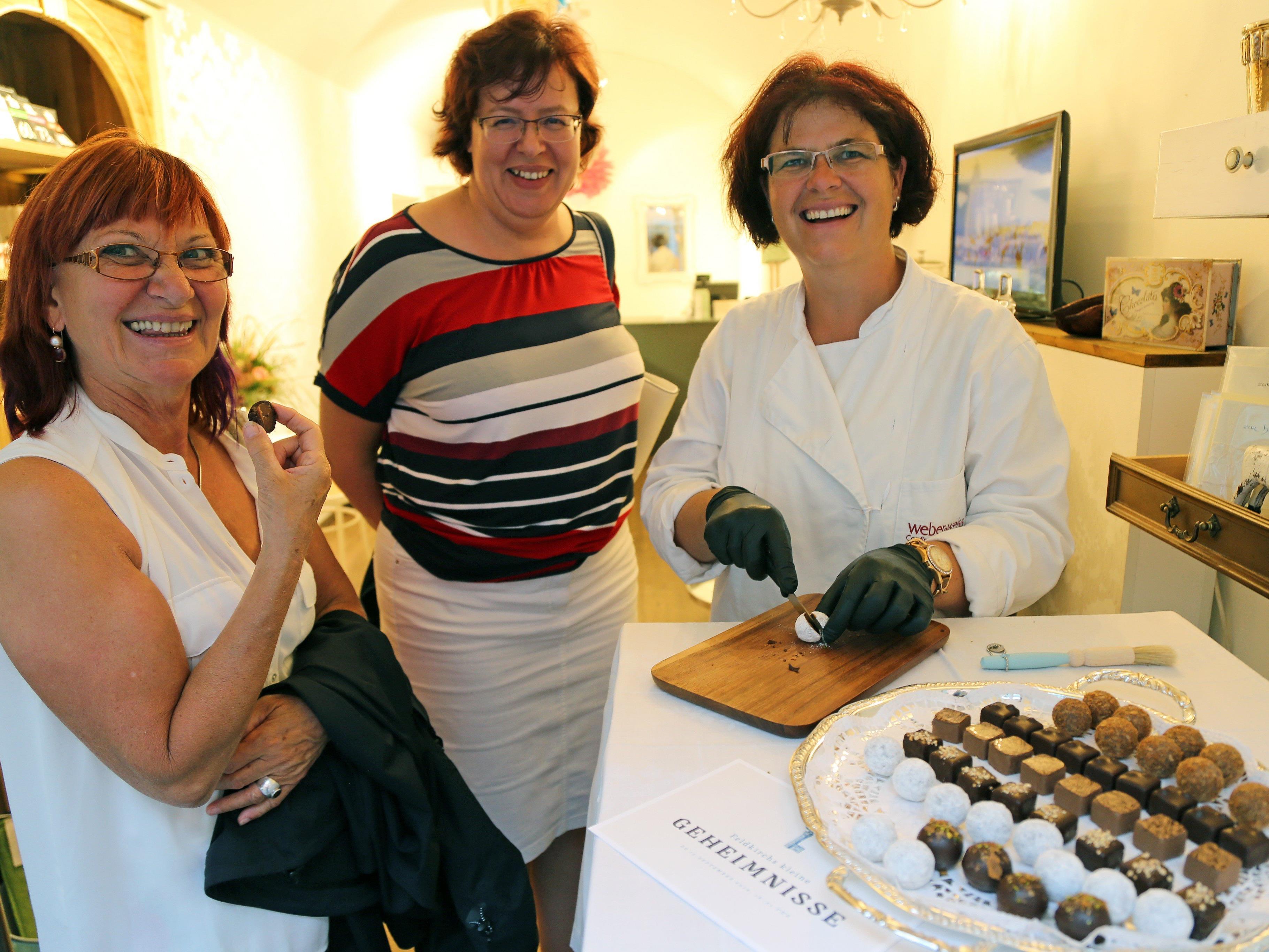 Barbara und Andrea kosteten eine Praline von Brigitte (Chocolaterie Zartbitter).