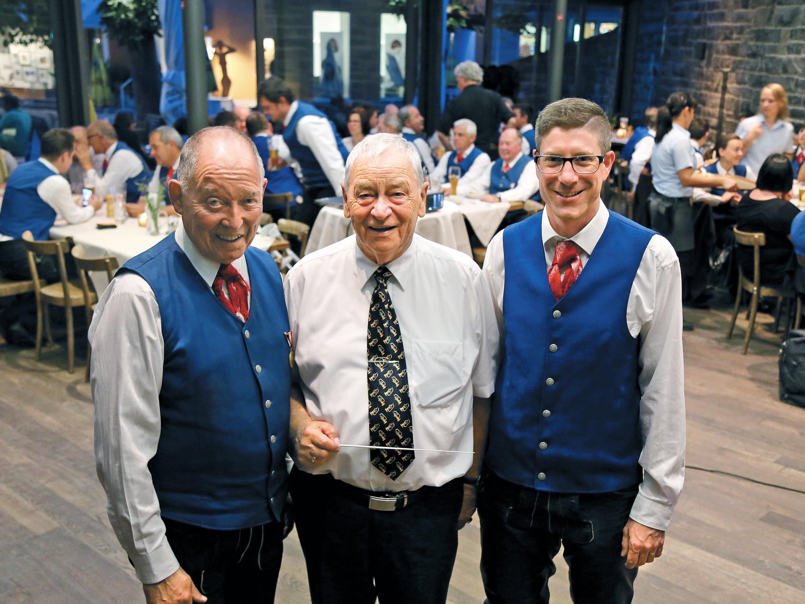 Kapellmeister Peter Efferl (l.) mit Ehrenmitglied Emil Salzmann (M.) und Obmann Johannes Ebli (r.)