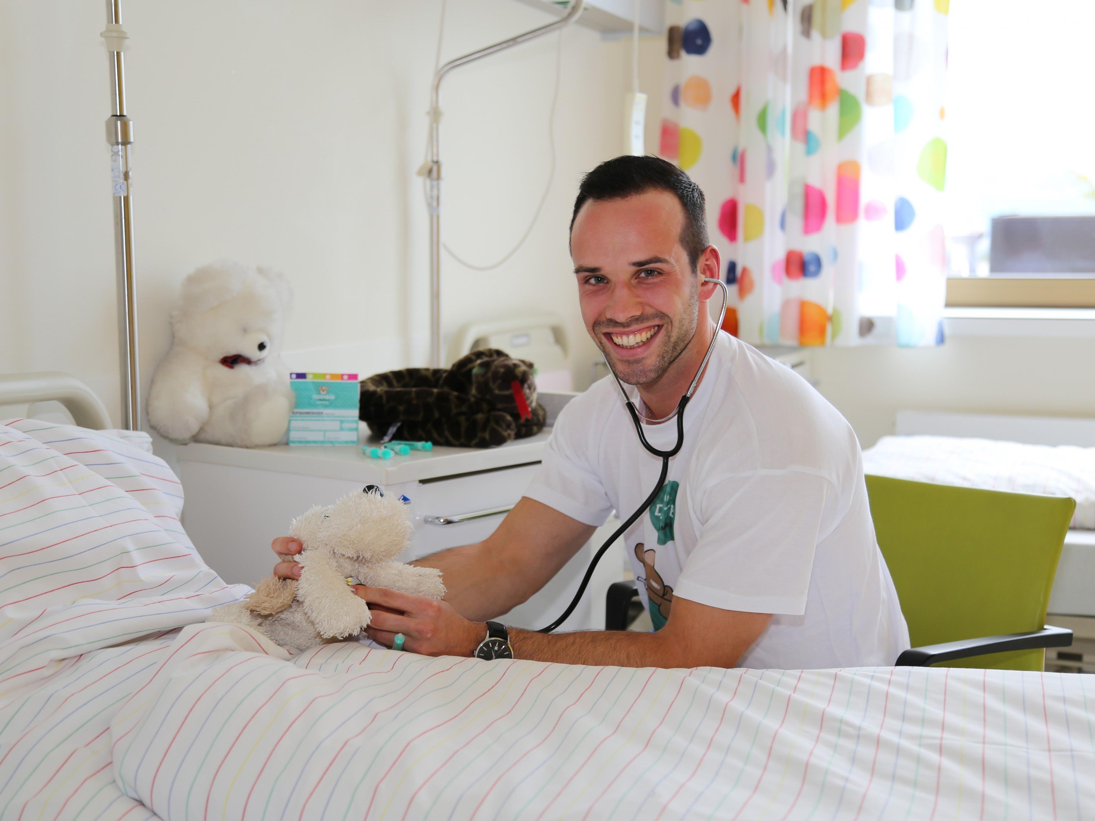 Der 24-jährige Medizinstudent Dominik Klug bringt das Teddybärenkrankenhaus nach Feldkirch.