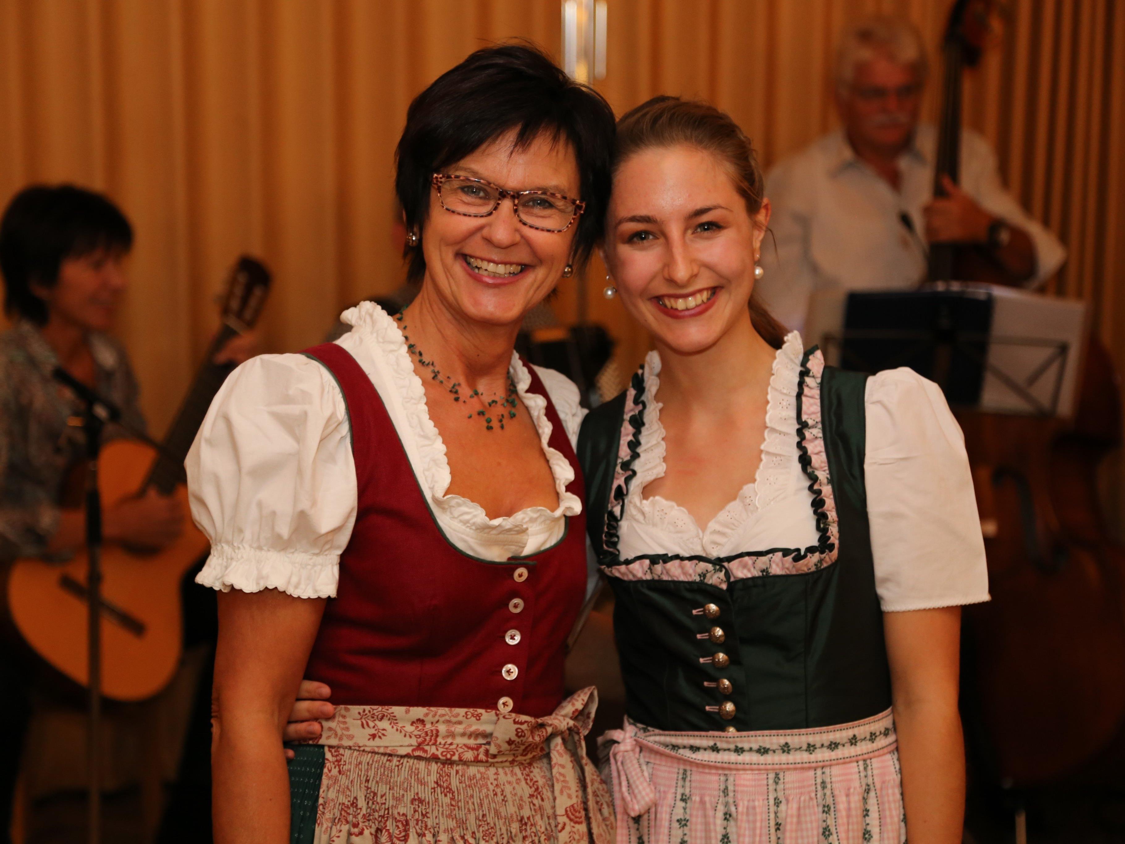 """Renate und Jessica amüsierten sich beim traditionellen """"Volkstanz im Gasthus"""" der Trachtengruppe Feldkirch."""