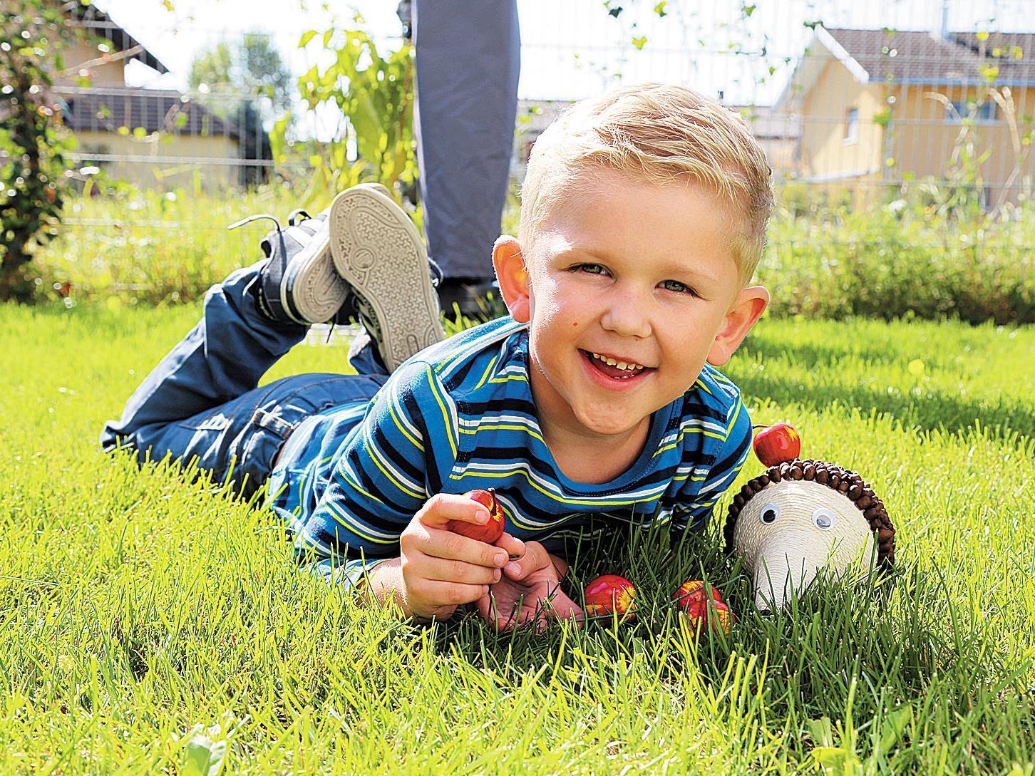 Jason Durell und sein Kaffeebohnen-Igel machen es sich im Gras gemütlich.