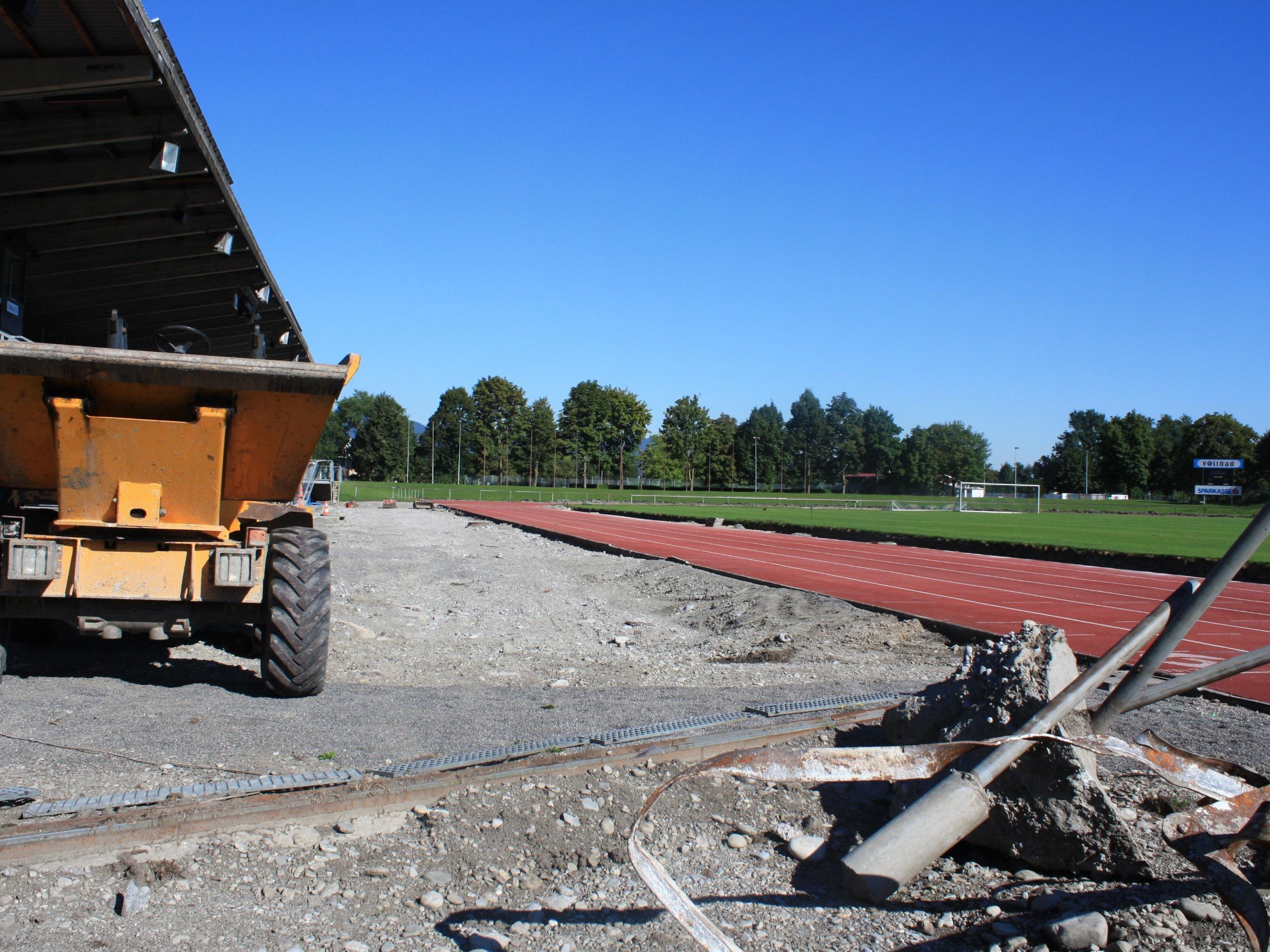 Die alte Laufbahn im Mösle-Stadion wird aktuell entfernt, der neue Belag wird ab Mitte September aufgetragen.