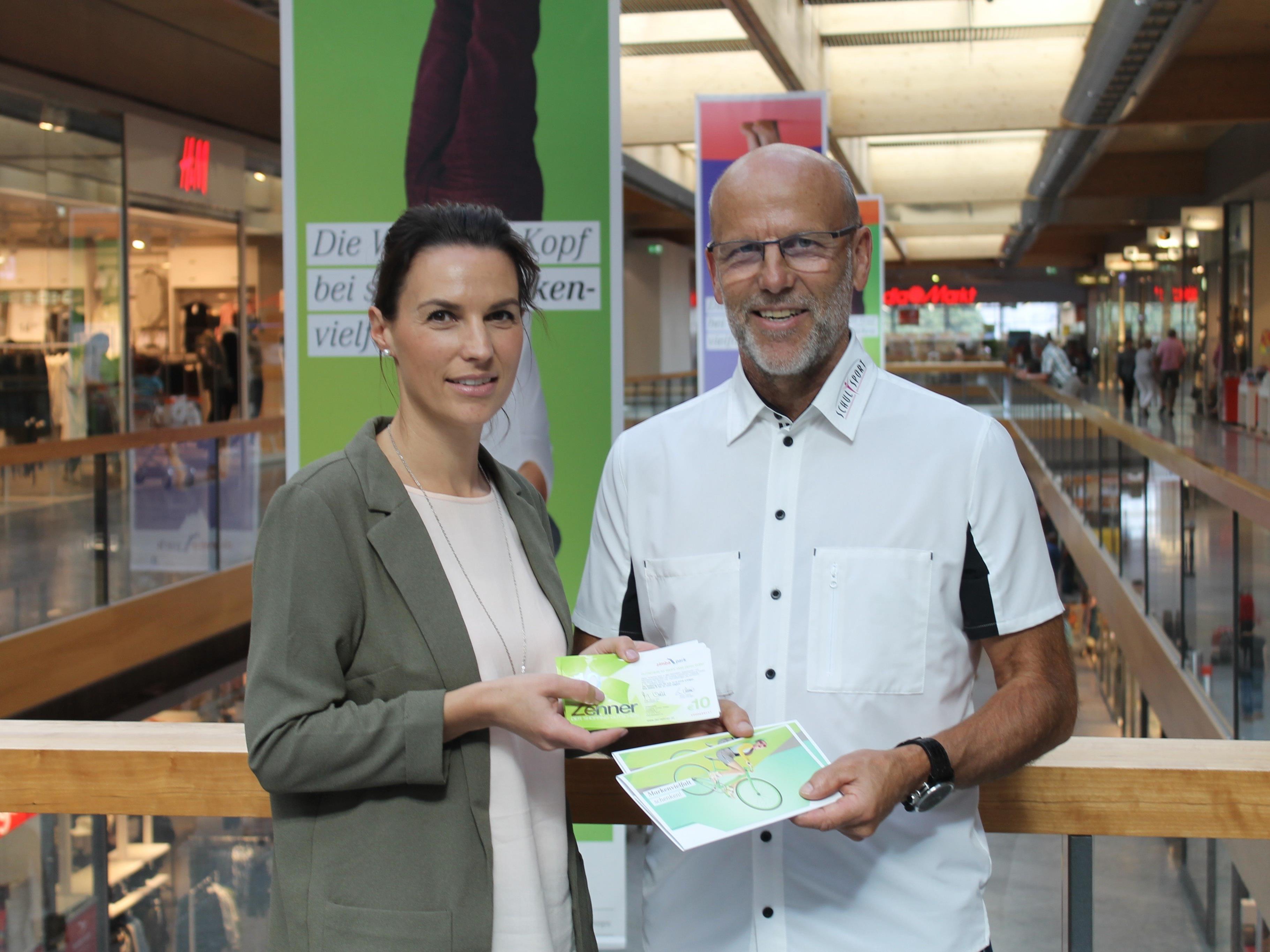 Zimbapark Marketing Managerin Kathrin Mair und Conny Berchtold freuen sich über die Partnerschaft im Sponsorbereich