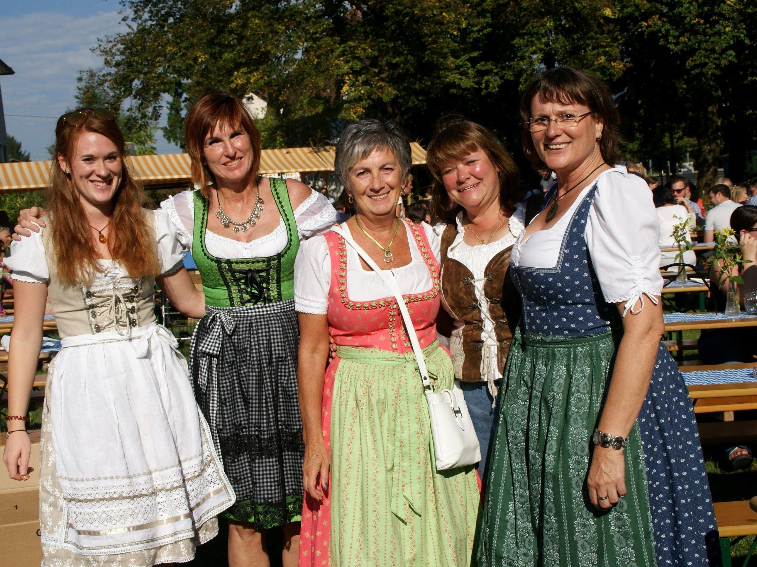 Die Damen erschienen im flotten Dirndl auf der Wiesn.