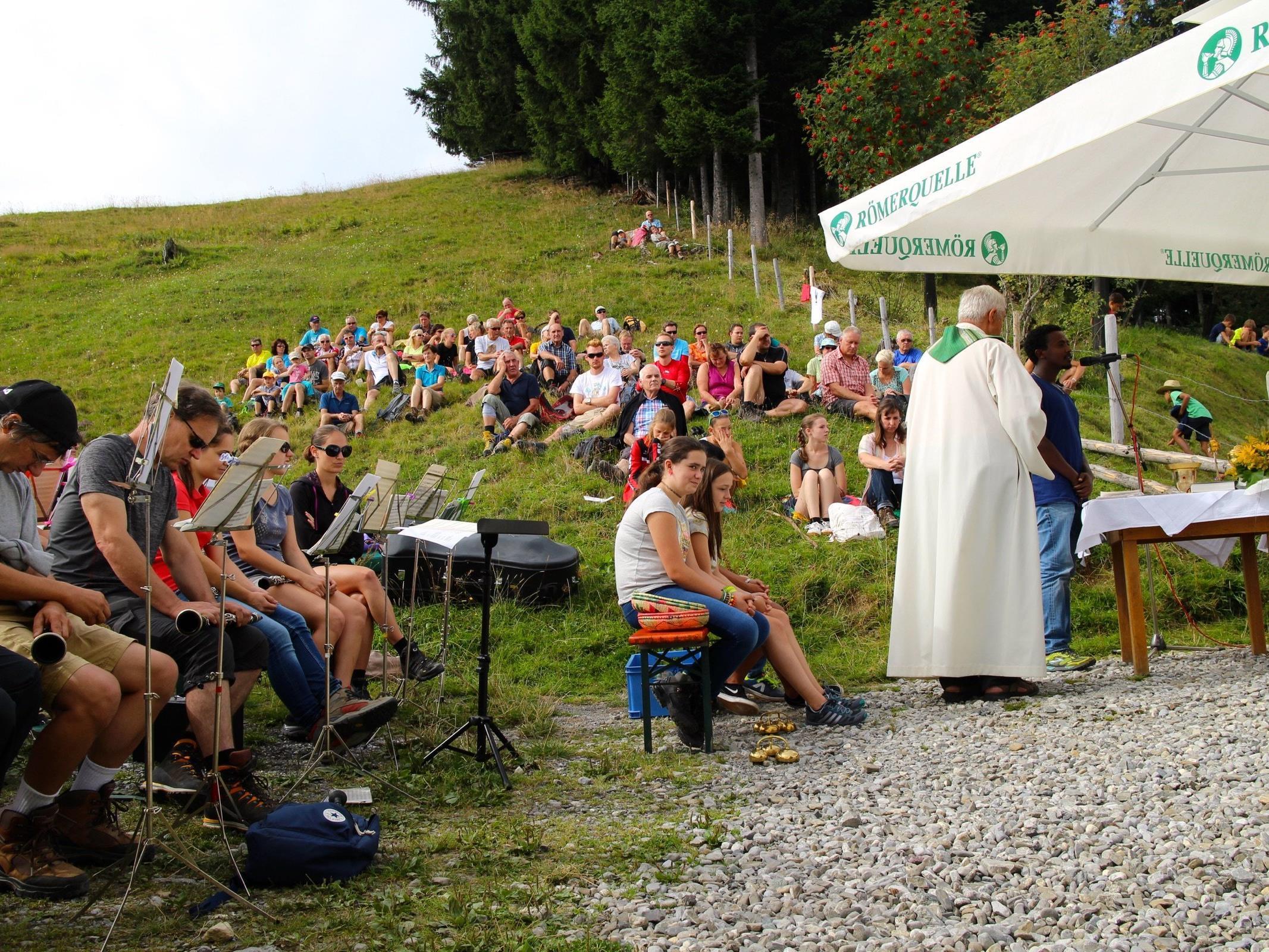 Schon eine lange Tradition hat die Bergmesse am Vorderälpele, Pfr. Stefan Biondi ist immer gerne mit dabei.