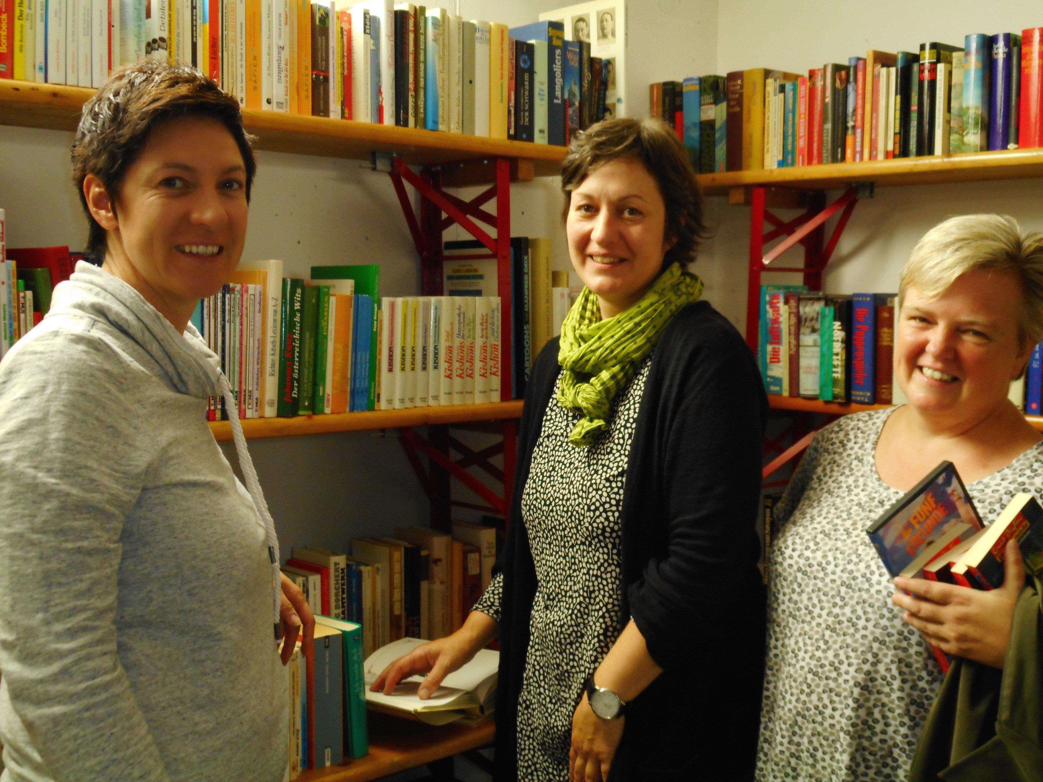 Karin, Susi und Birgit schmökerten nach Lust und Laune.