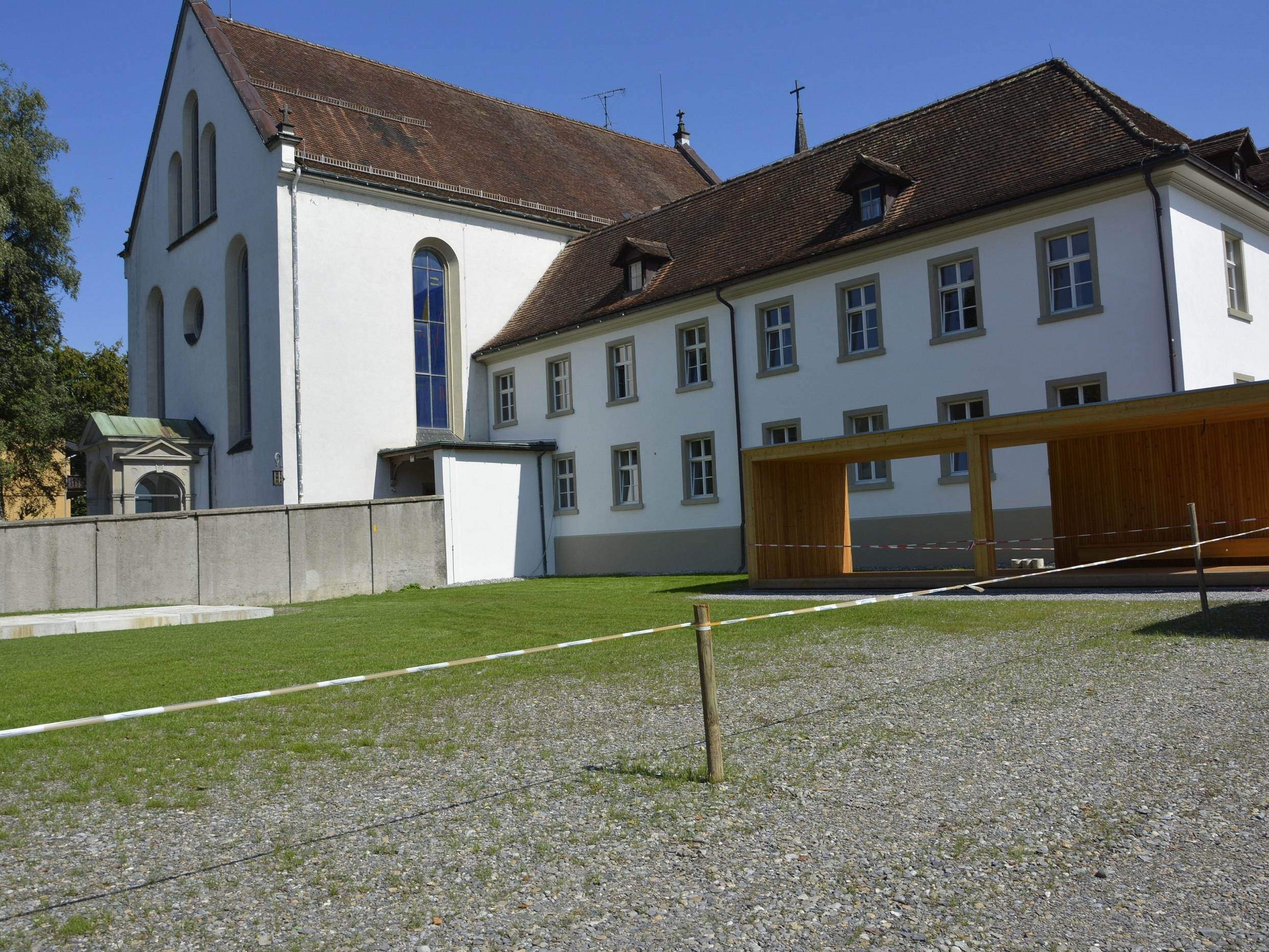 Das Franziskanerkloster zeigt sich zur Marktstraße hin in strahlendem Glanz.