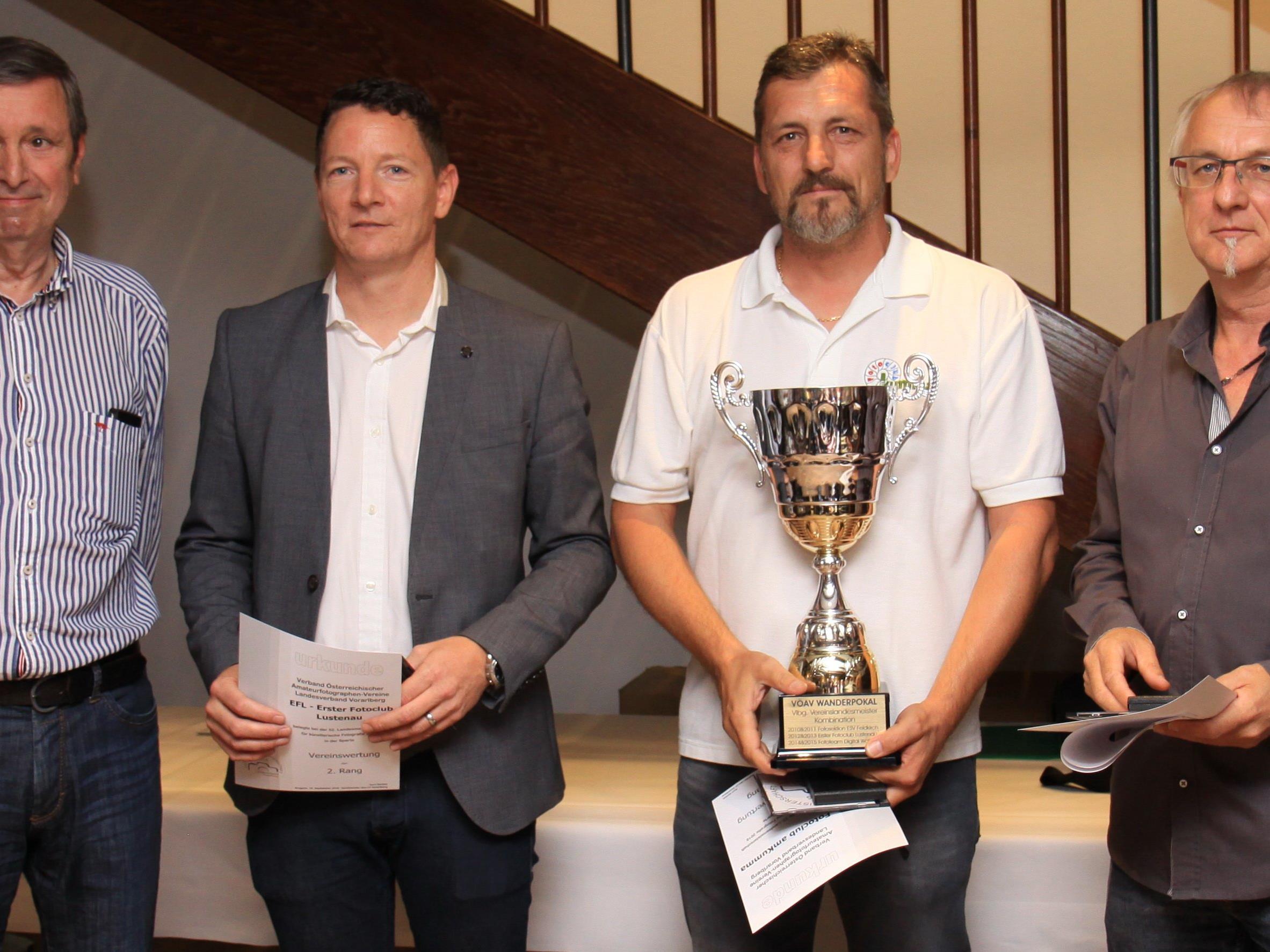 Fotclub am Kumma Obmann Jürgen Grasmuck (2.v.r.) übernahm voller STolz den Wanderpokal