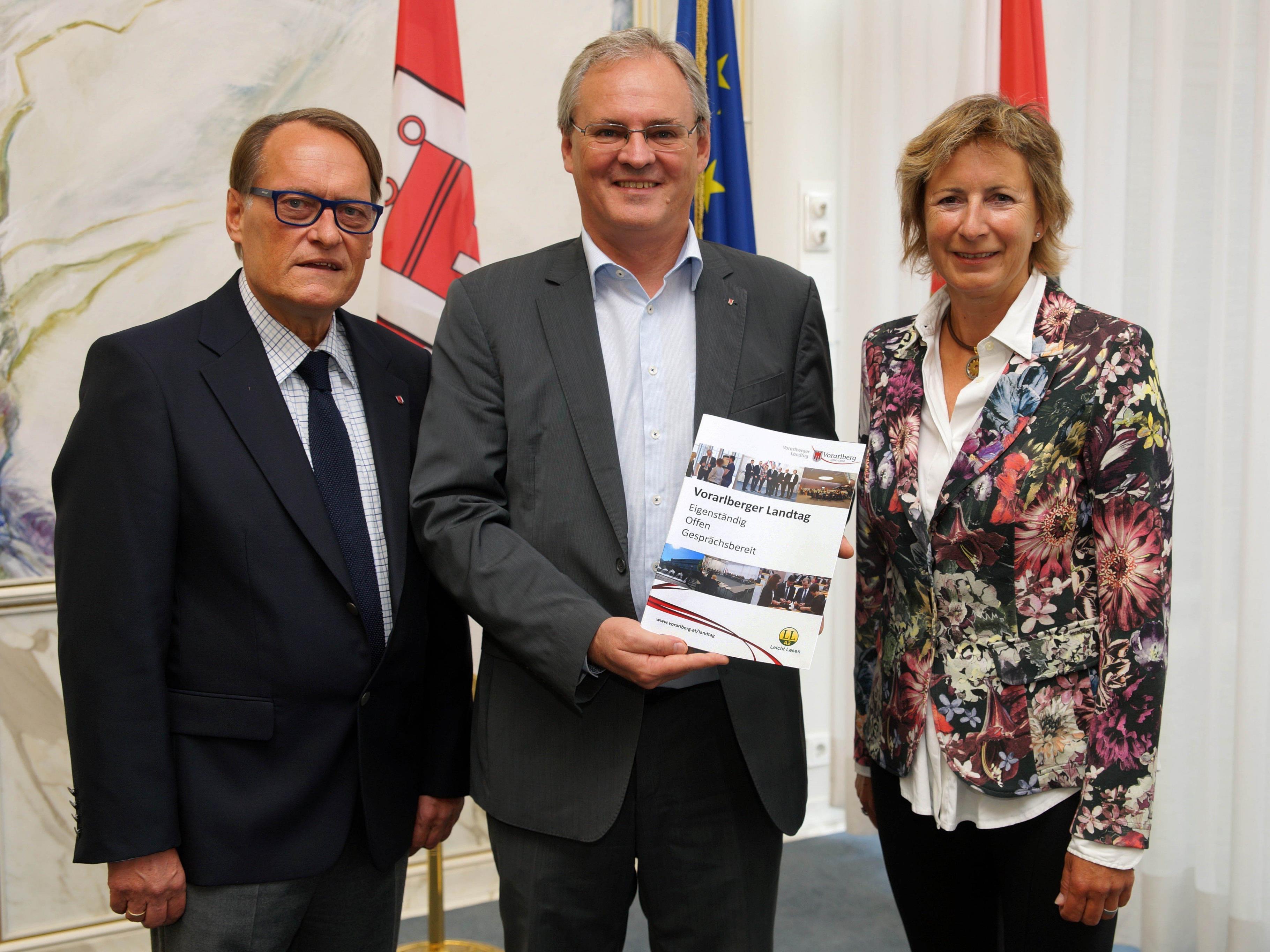 LTVP Ernst Hagen, LTP Harald Sonderegger und LTVP Gabriele Nußbaumer mit der neuen Broschüre.