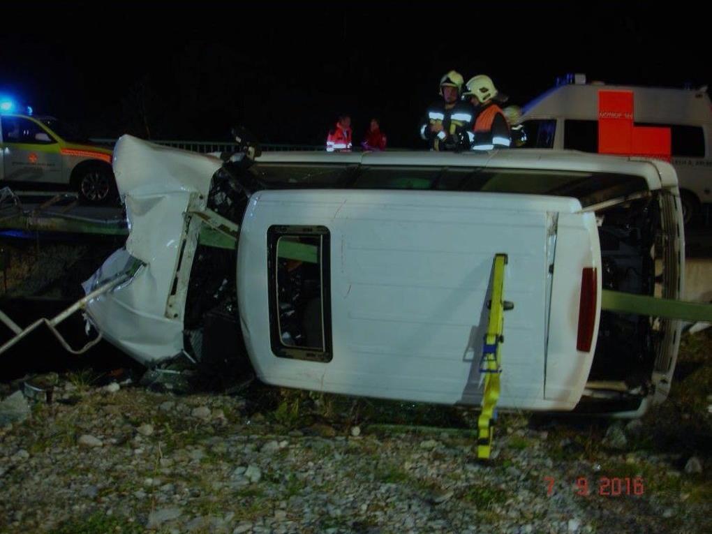 Die Lenkerin wurde im Fahrzeug eingeklemmt und musste von der Feuerwehr mit der Bergeschere befreit werden.
