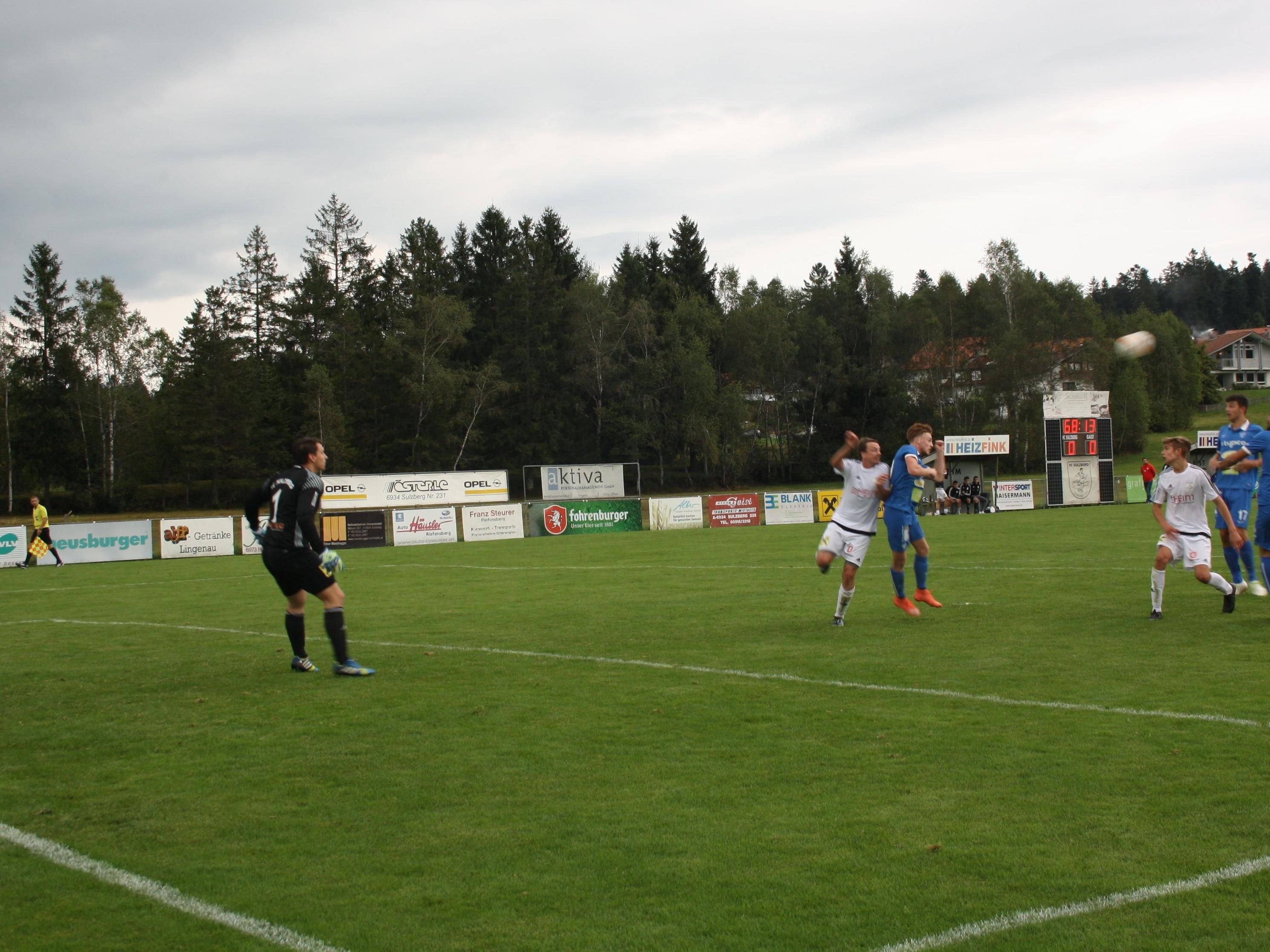 Patrick Prantl (Bildmitte) setzt zum Kopfball an und erzielt in der 68. Minute das Siegestor für den SV Typico Lochau.