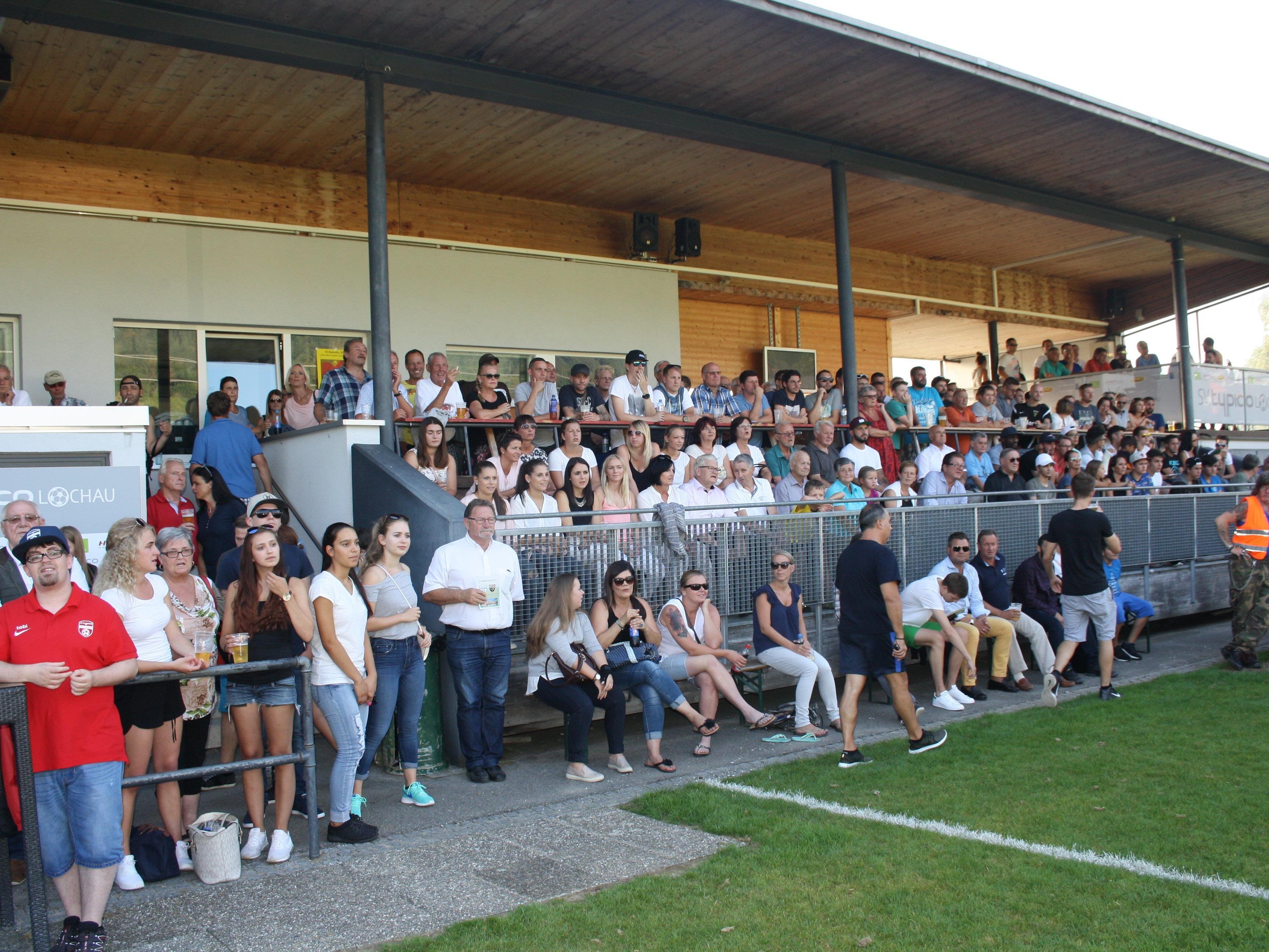 Ein volles Haus und beste Fußballstimmung bei den Heimspielen des SV Typico Lochau im Stadion am Hoferfeld.