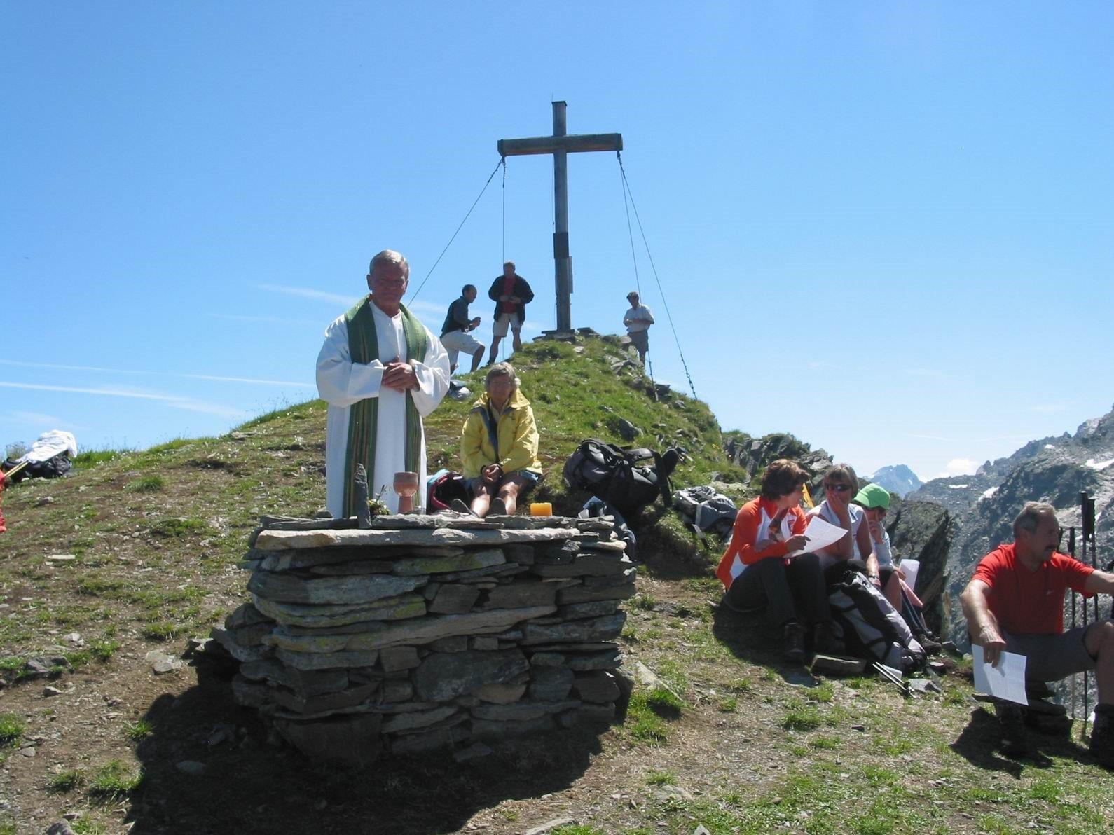 """Die """"Silvrettagruppe Lochau"""" lädt anlässlich des 20-jährigen Jubiläums der Kreuzerrichtung am Sonntag zur Bergwanderung mit anschließender Gipfelmesse auf den Hennekopf (2704 m)."""