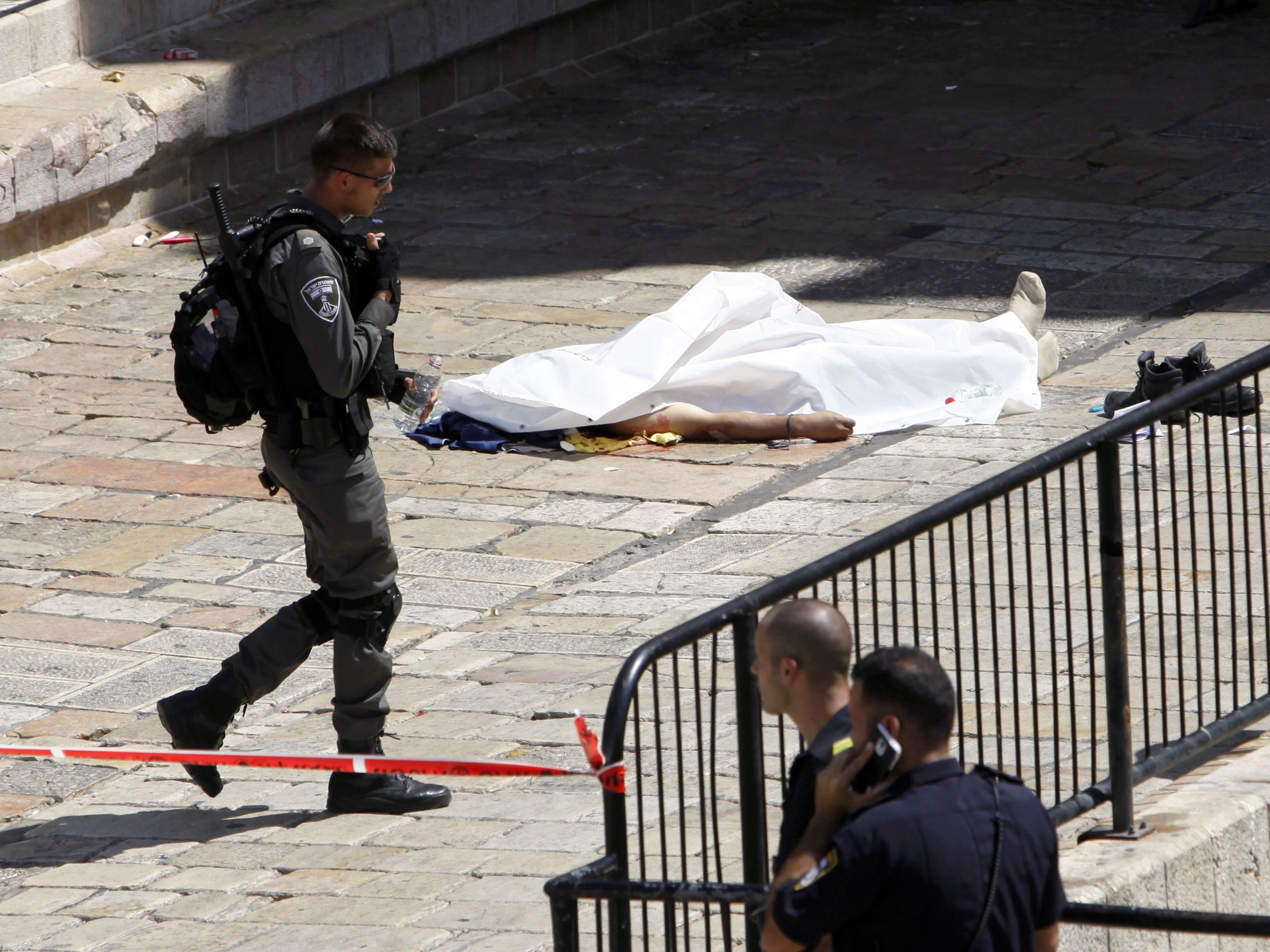 Am Damaskus-Tor zur Altstadt in Jerusalem griff ein junger Jordanier nach Polizeiangaben einen Wachmann mit einem Messer an.
