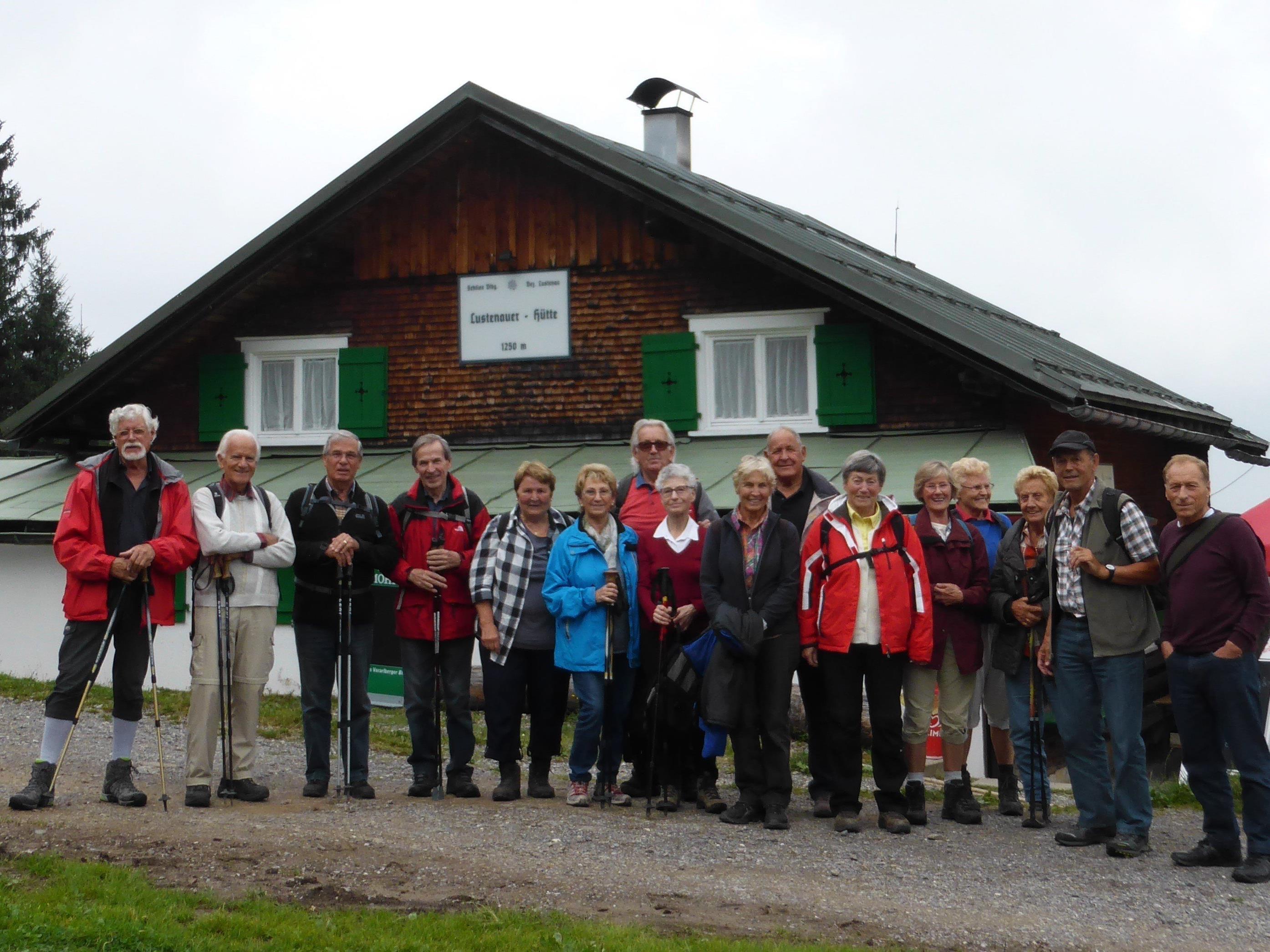 Die Wandergruppe vor der Lustenauer Hütte