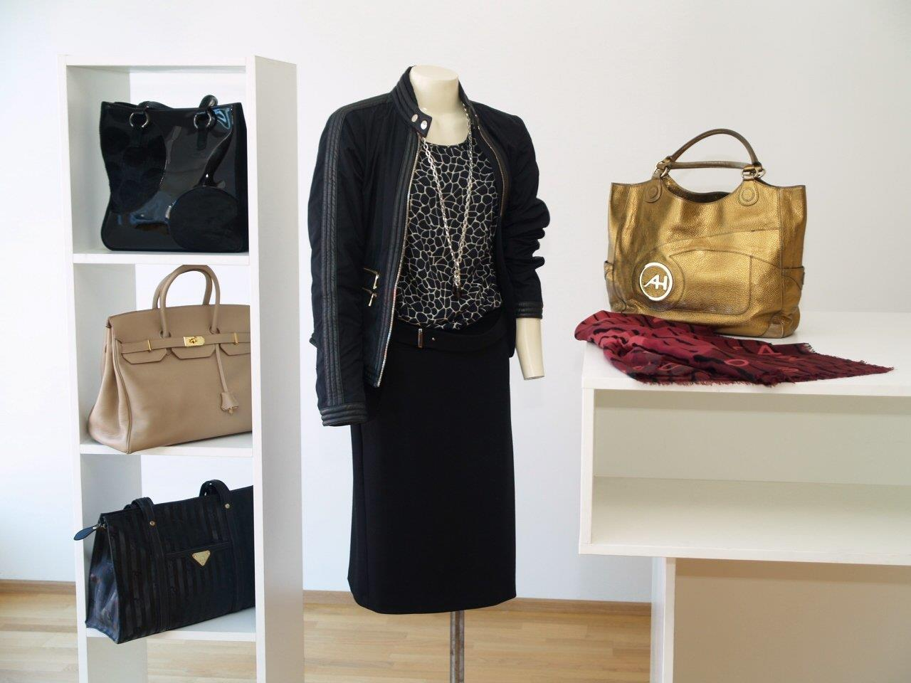 Im neuen Second - Hand Geschäft finden modebewusste Frauen alles, was sie gerne tragen.
