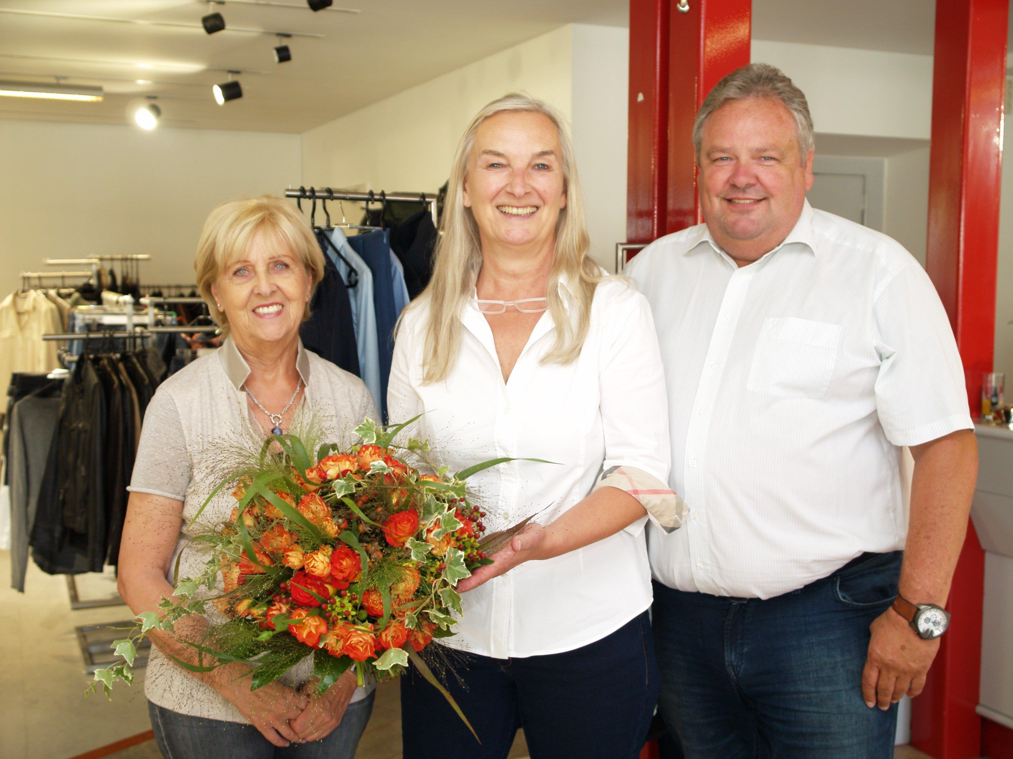 Geschäftsinhaberin Margit Stocker (Mitte) mit Margit Fleisch und Bürgrmeister Karl Wutschitz bei der Eröffnung.