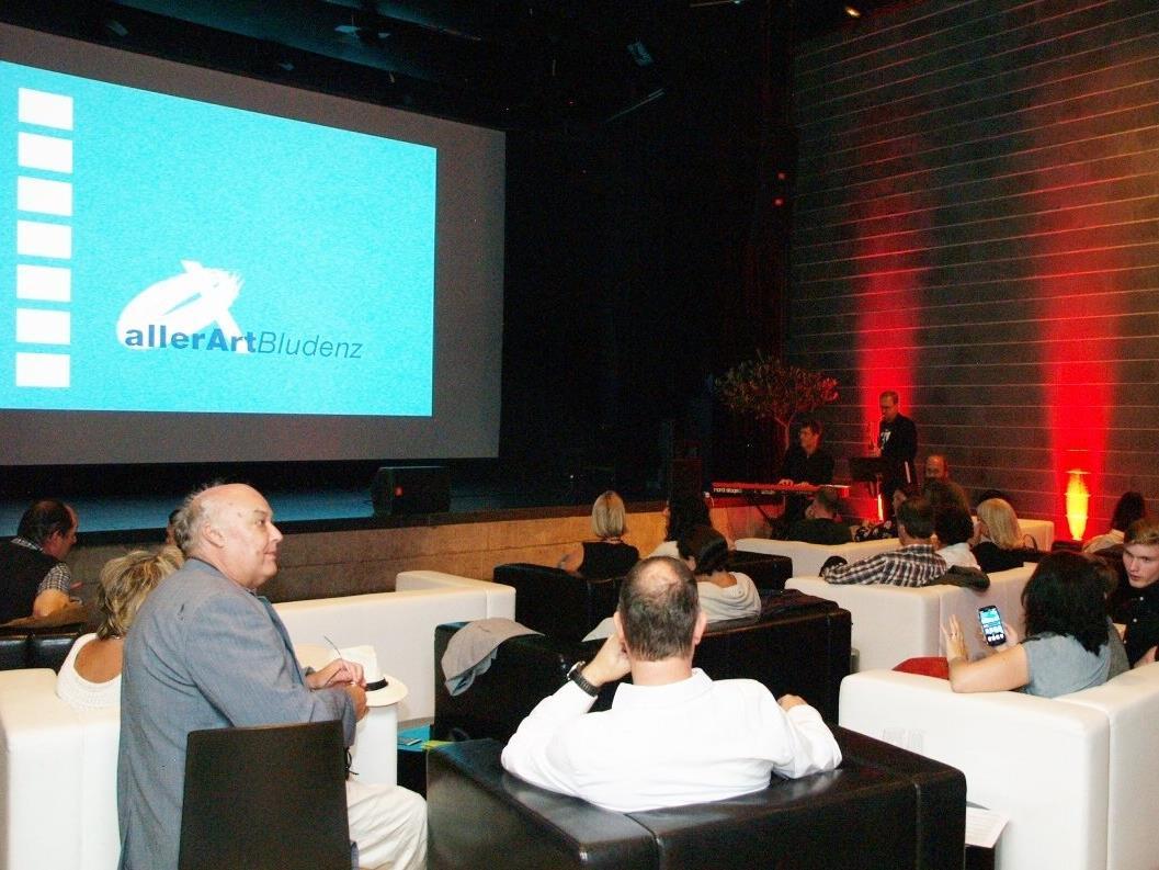 In der Remise werden  aktuelle Produktionen und Kultfilme aus aller Welt im gemütlichen Ambiente gezeigt.